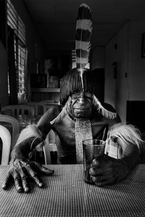 Pierre-de-Vallombreuse-Peuple-Papou.-Un-Dani-dans-un-restaurant-tenu-par-des-colons-indonesiens.1997-copie