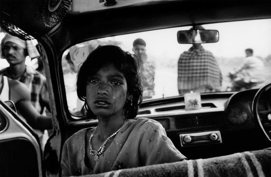 Pierre-de-Vallombreuse-Jharia.-India.-Une-jeune-fille-en-pleurs-apres-avoir-ete-abandonnee.-2005
