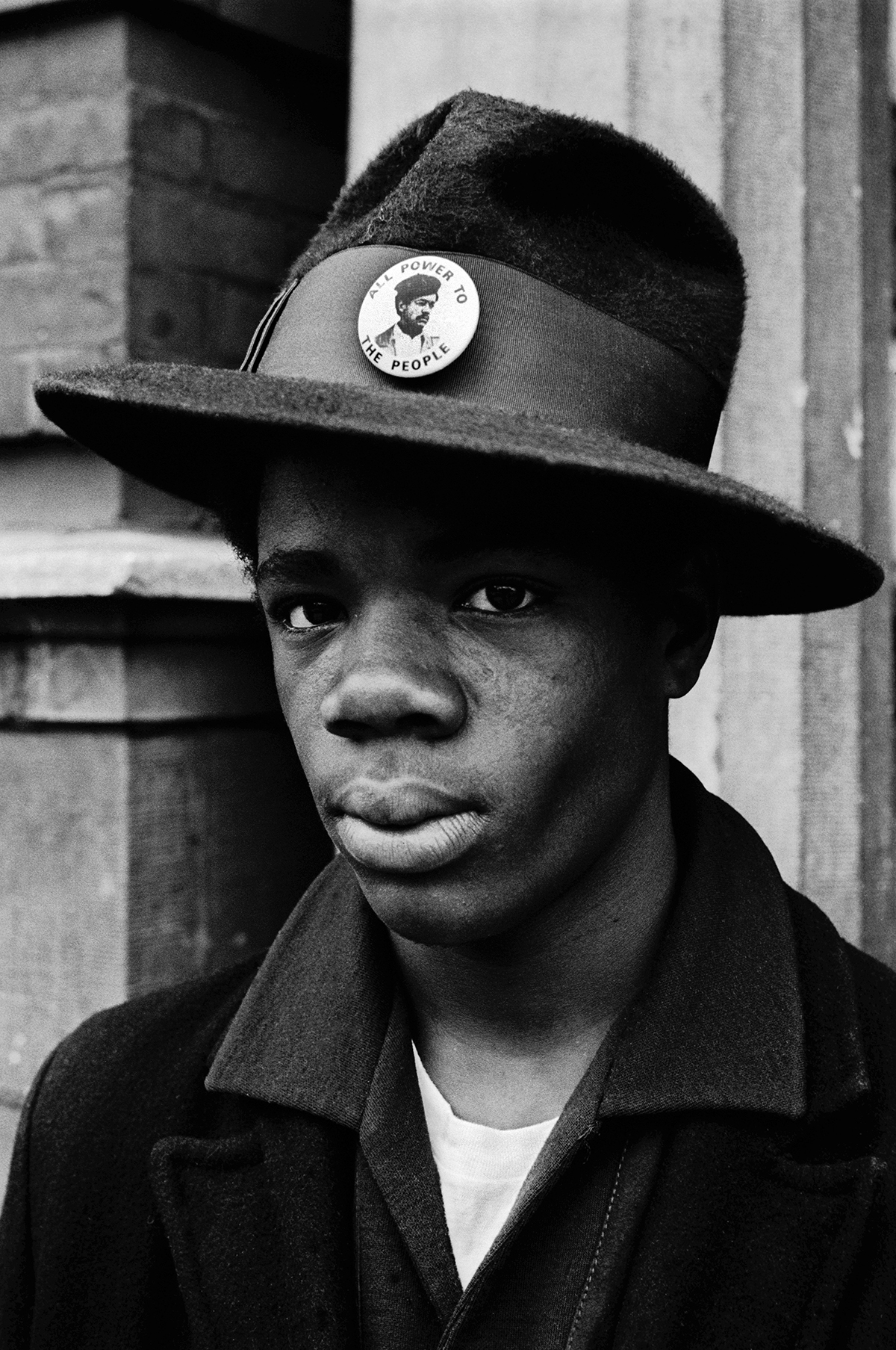 1970 – Chicago, Illinois, USA. Adolescent portant un chapeau orné d'un pins de soutien à Bobby Seale © Stephen Shames. Courtesy Steven Kasher Gallery