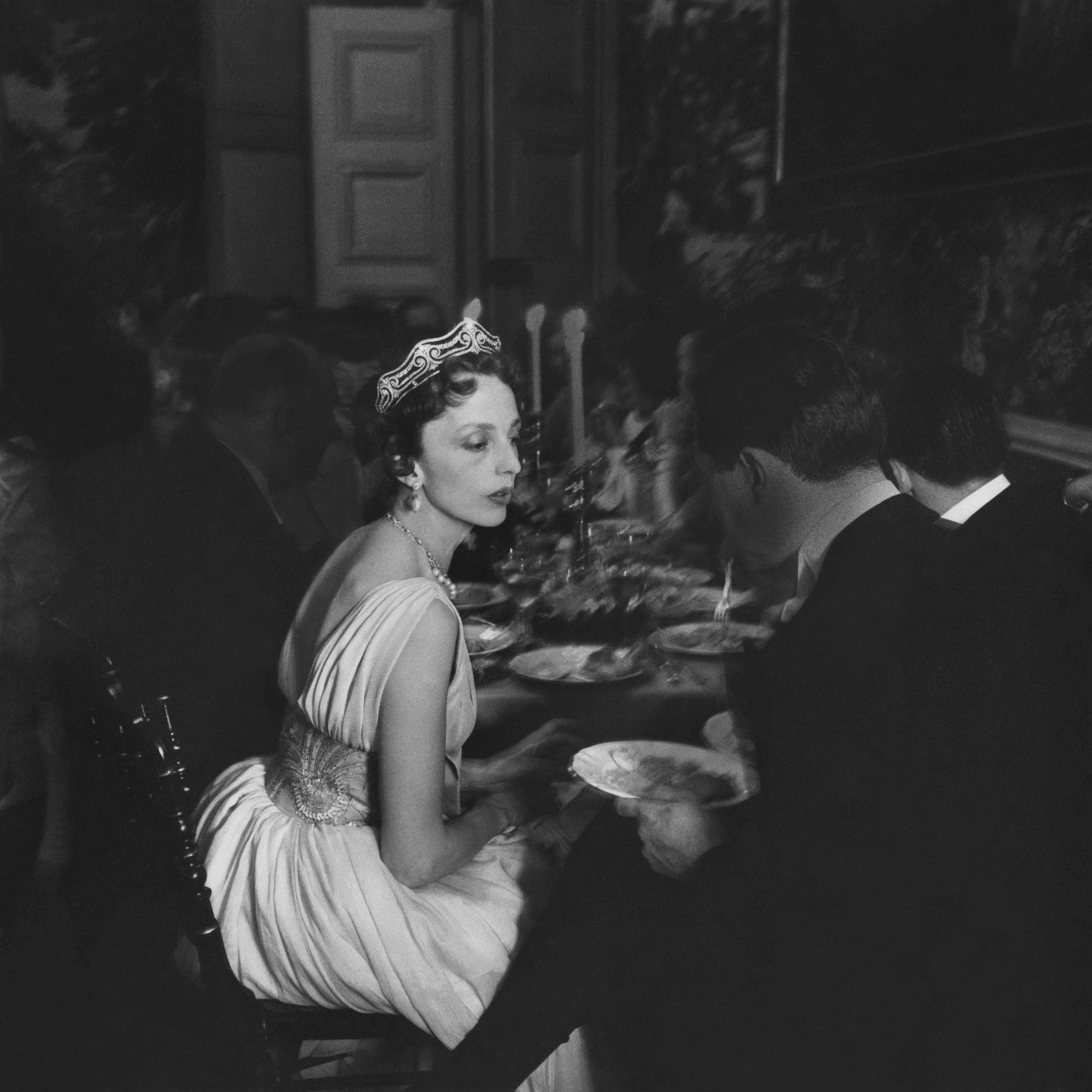 Robert Doisneau, La-comtesse-de-Bourbon-Busset-robe-de-Lanvin-Castillo-au-Chateau-de-Groussay-chez-Mons-ieur-de-Besteigui-mai-1957-