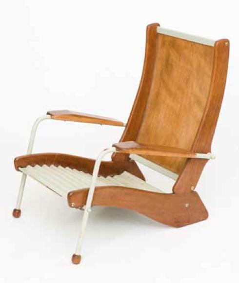 Jean Prouvé (1901 – 1984) Fauteuil Kangourou Fauteuil modèle «FV 22» dit «Kangourou» Assise en tôle de métal laquée grise ondulée, dossier en contreplaqué et structure formant piètement en chêne et tubes de métal laqués gris à réception de sabots en bois tourné. Vers 1951. H 86/66,50/77 50 000 / 70 000 €