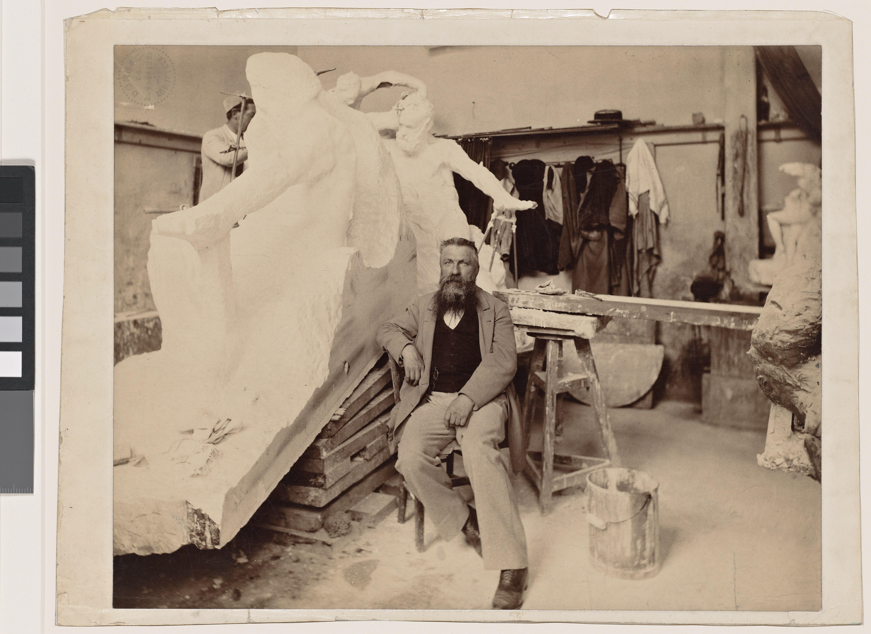 Paul Dornac, Rodin assis dans son atelier devant le Monument à Victor Hugo, vers 1898, épreuve sur papier albuminé, H. 22,7 cm ; L. 29,7 cm, ph. 179, collection musée Rodin