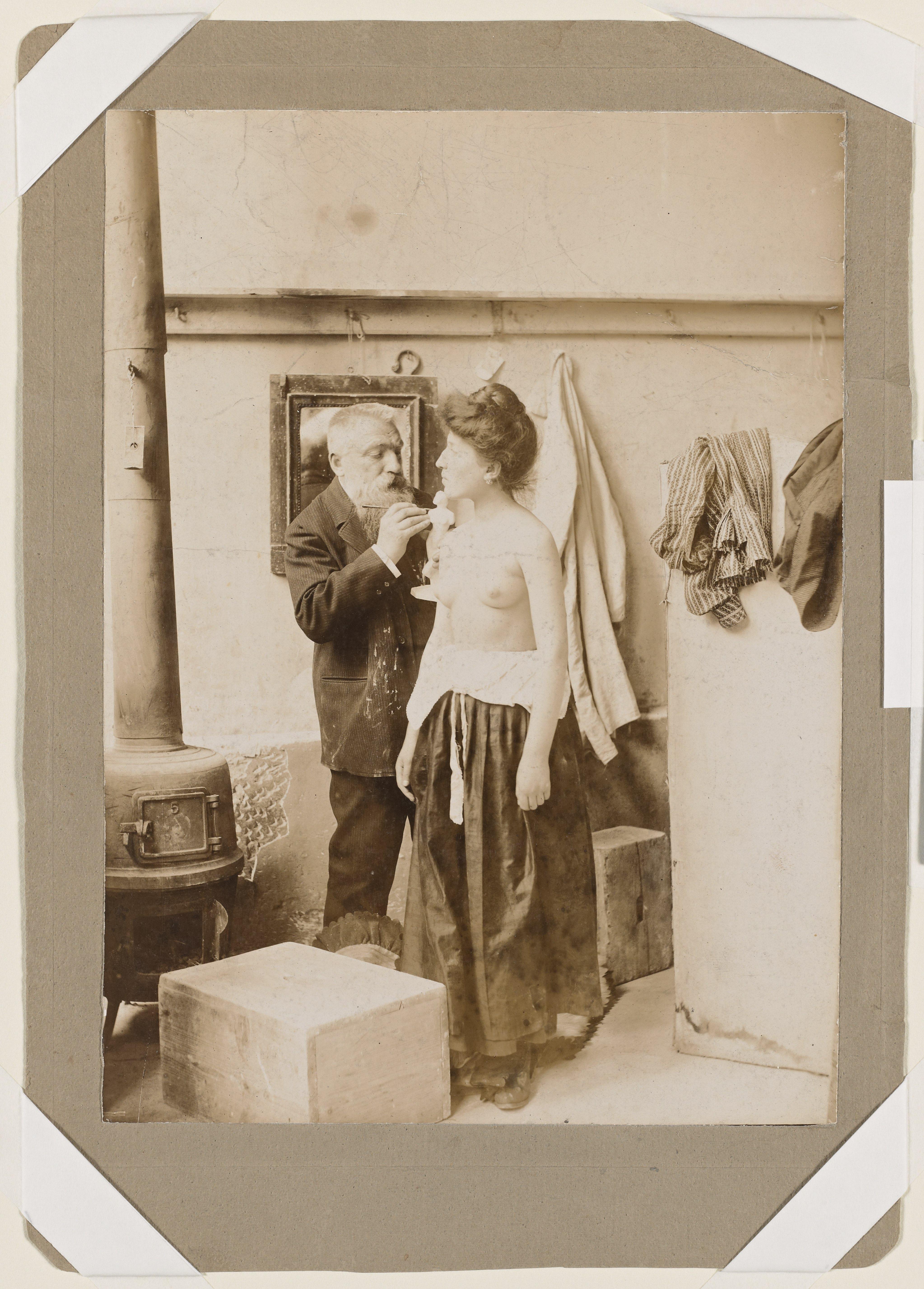 Duchêne, Rodin travaillant d'après un modèle féminin torse nu, vers 1895, épreuve sur papier albuminé, H. 22,5 cm ; L. 16,3 cm, ph.2005, collection musée Rodin