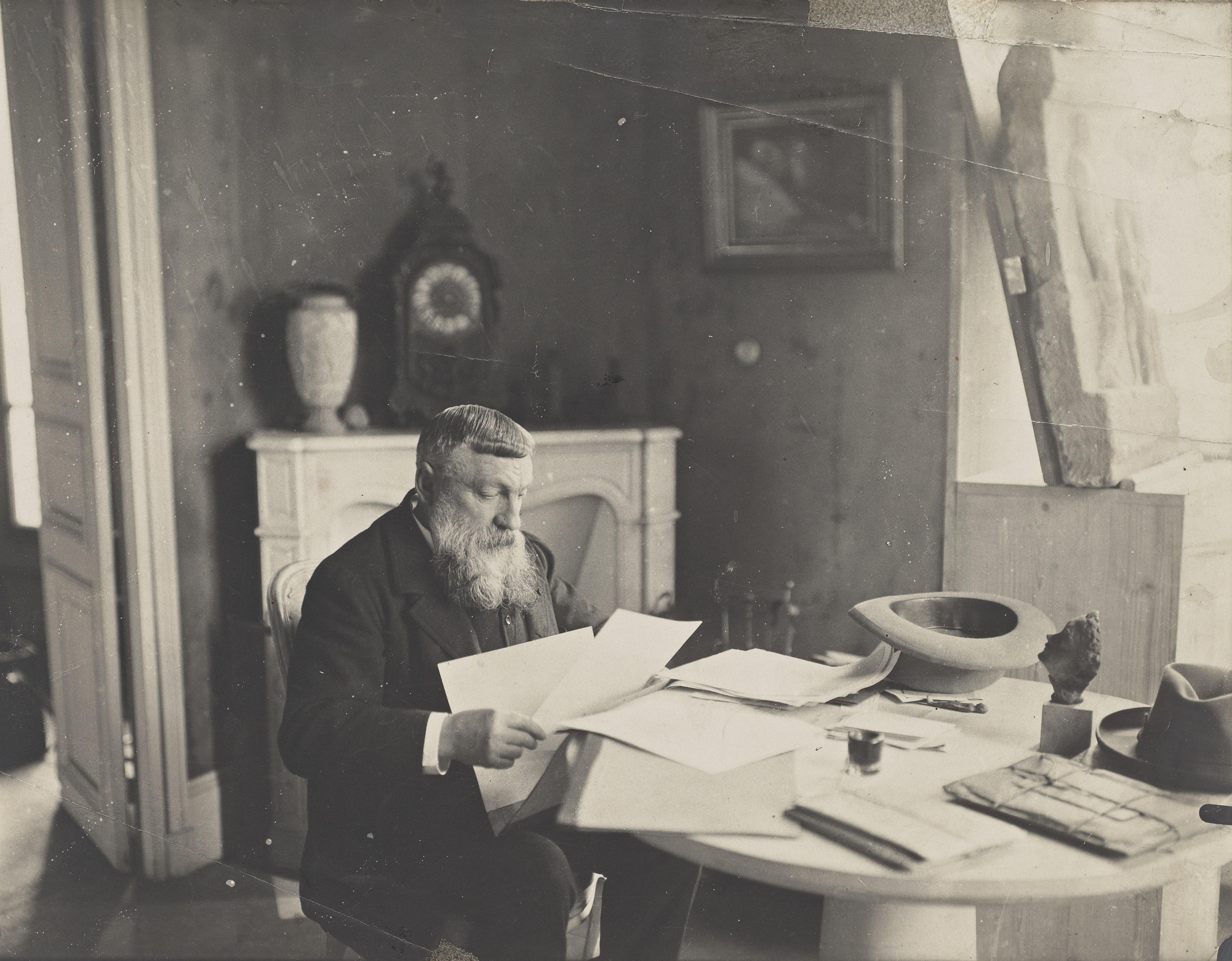 Anonyme, Rodin compulsant des dessins, 1910, épreuve gélatino-argentique, H.18 cm; L. 23,8 cm, ph.721, collection musée Rodin