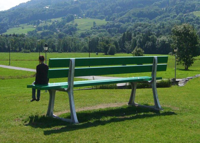 Lilian Bourgeat,Banc public, 2009, résine, fibre de verre, métal, mortier – Département de la Haute-Savoie, acquisition 2009