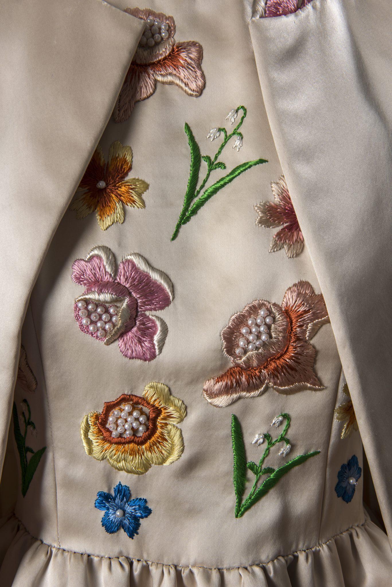 Détail d'un ensemble du soir en satin composé d'une robe brodée au corsage et d'un manteau, porté par Jackie Kennedy lors d'une visite officielle en France, été 1961 © Givenchy – Photo Luc Castel