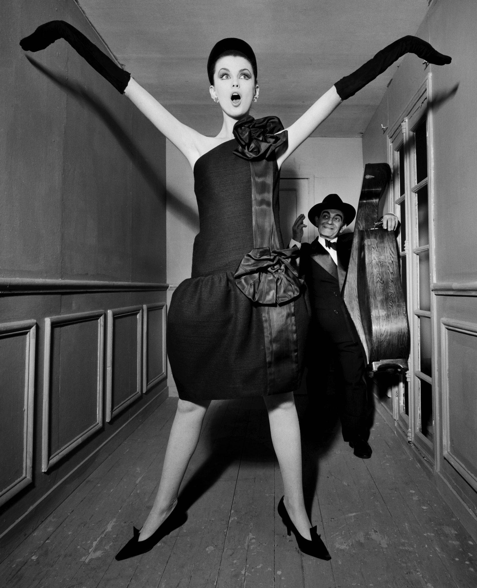 William Klein, Dorothy + Little Bara with a cello, Paris 1960, robe Moderato Cantabile, collection haute couture automne-hiver 1960, ligne Souplesse, légèreté, vie, Vogue US, 15 septembre 1960, modèles Dorothy McGowan et Little Bara © William Klein