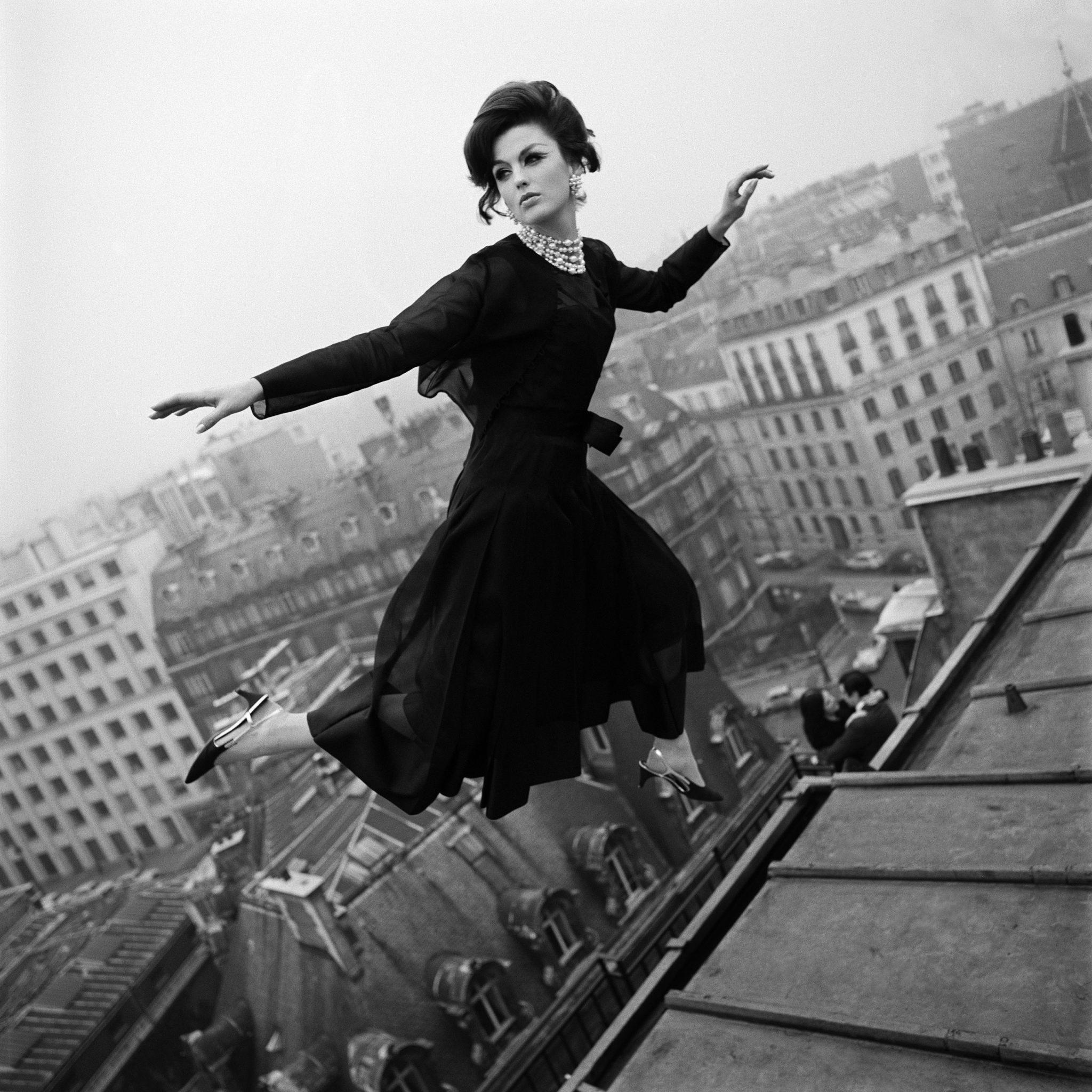 Melvin Sokolsky, Fly Dior, Dorothy McGowan en robe de la collection haute couture printemps-été 1965, Harper's Bazaar, mars 1965 © Melvin Sokolsky