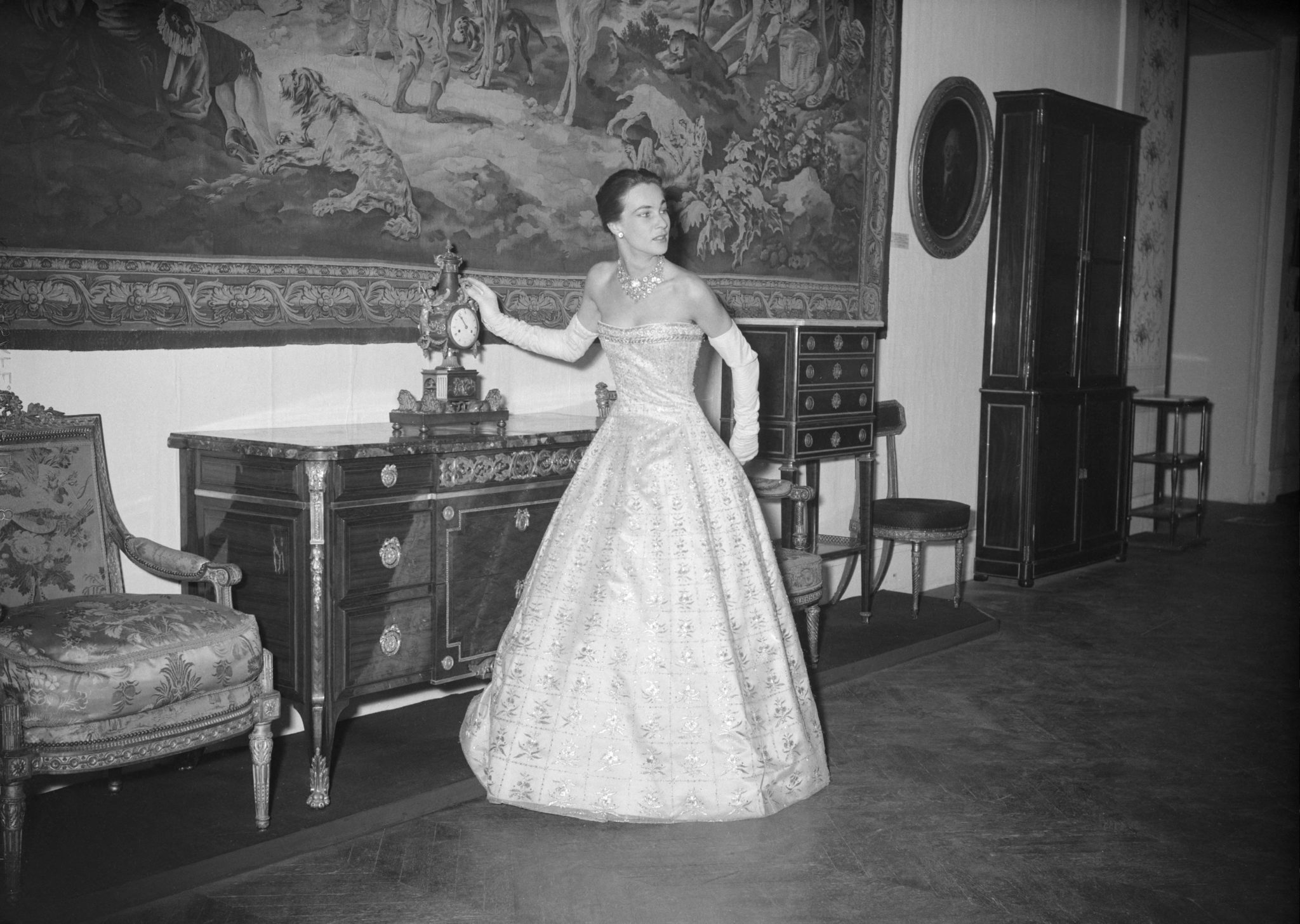 PARIS – MODELE CHRISTIAN DIOR,Robe du soir de Christian Dior. Pavillon de Marsan, Paris, 30 novembre 1955.