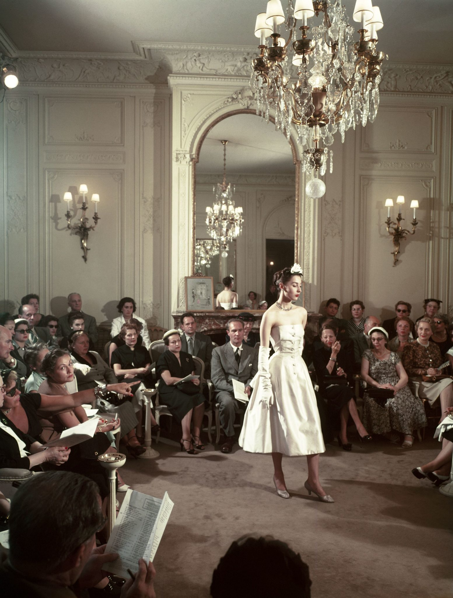 Défilé Christian Dior,Mannequin portant un modèle Dior 'New Look' lors du défilé de mode Christian Dior à Paris, en France, circa 1950.