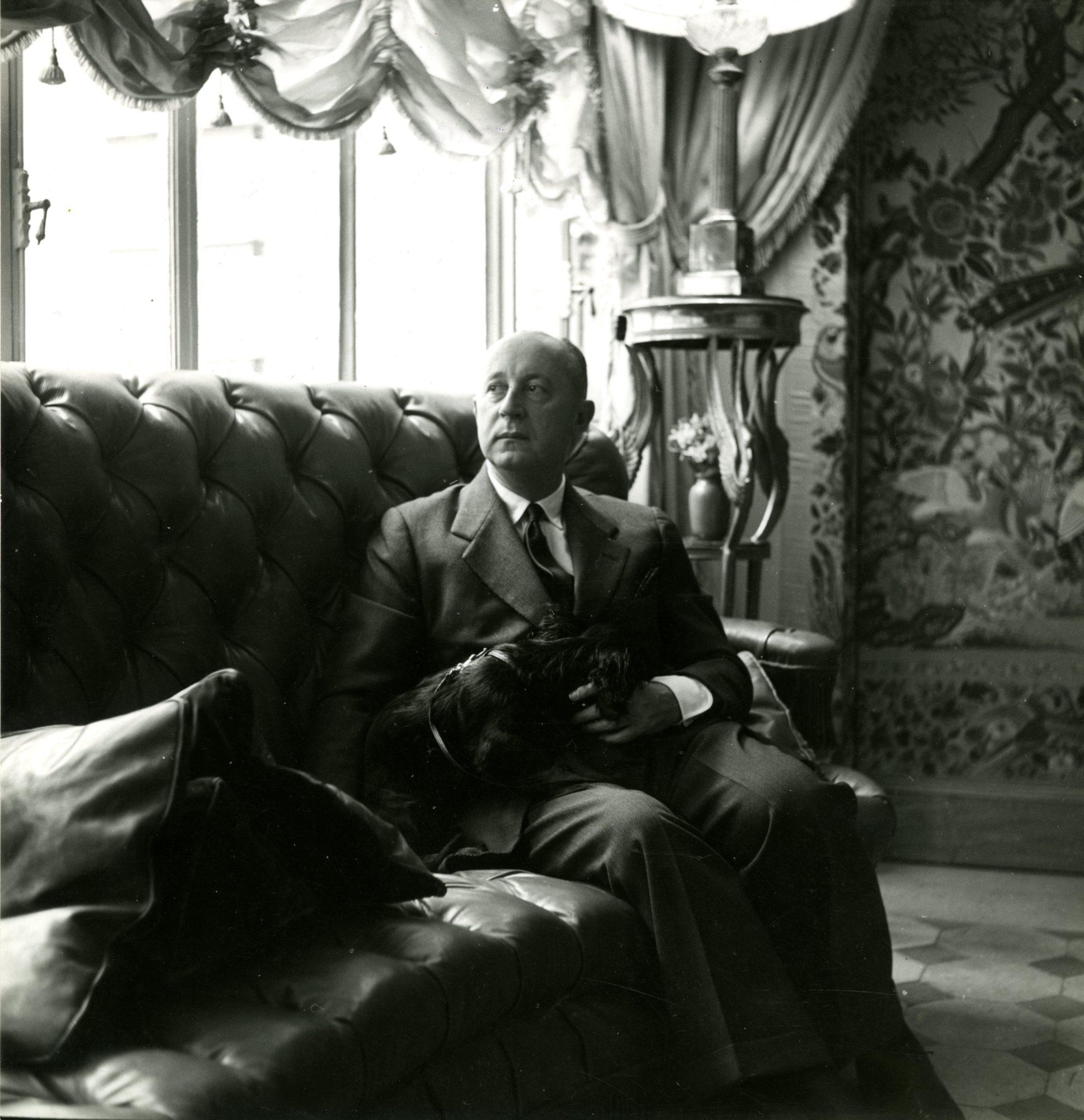 Christian Dior dans son appartement du 7, boulevard Jules-Sandeau à Paris, vers 1950 du 30, avenue Montaigne, 1953 © Eugène Kammerman / Gamma-Rapho © Christian Dior