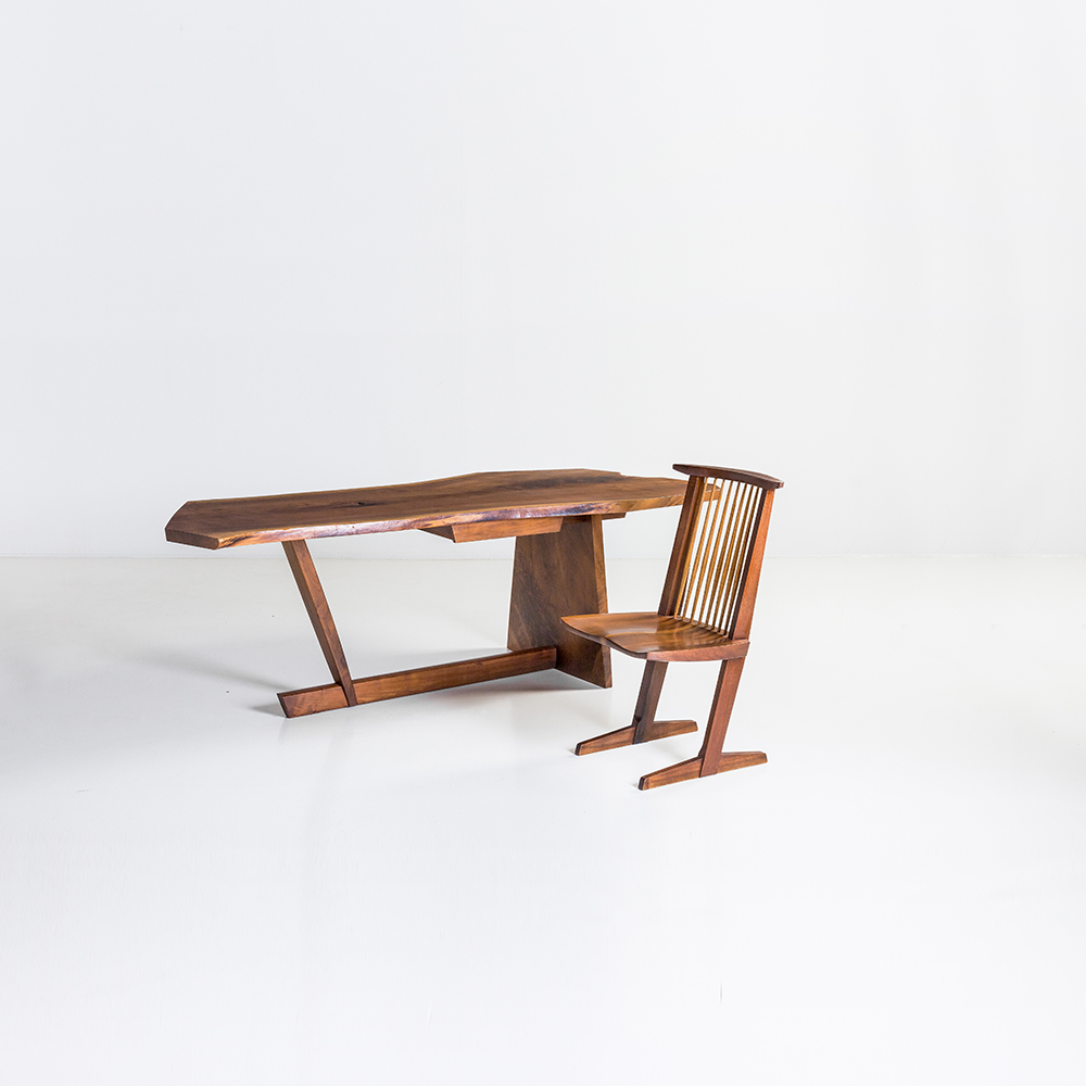 George Nakashima (1905-1990) Conoïd Bureau et chaise en noyer d'Amérique Bureau daté April 1985 – Chaise marquée Frieman Date de création : 1960 et 1985 Bureau : H 72,5 • L 215 • P 97 cm Chaise : H 90,5 • L 50,5 • P 47,5 cm Bibliographie : George Nakashima A Master's Furniture and Philosophy » – Ed. the Wing (Wing Luke Museum of the Asian Pacific American Experience ) Seattle, 2003, exemplaire similaire reproduit p. 67 60 000 / 90 000 €