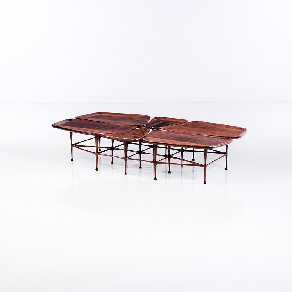 Tom Tramel (1920-1997), Table basse en noyer, pièce unique,  date de création : 1968, H 37 × L 178 × P 103 cm, Provenance : Famille de l'artiste, Bibliographie : – Creating Modern Furniture, Dona Z. Meilach, Crown Publisher Inc, 1975, p. 128 – California Design Ten, Pasadena Art Museum, 1968, p. 51 – est 50 000 / 70 000 €