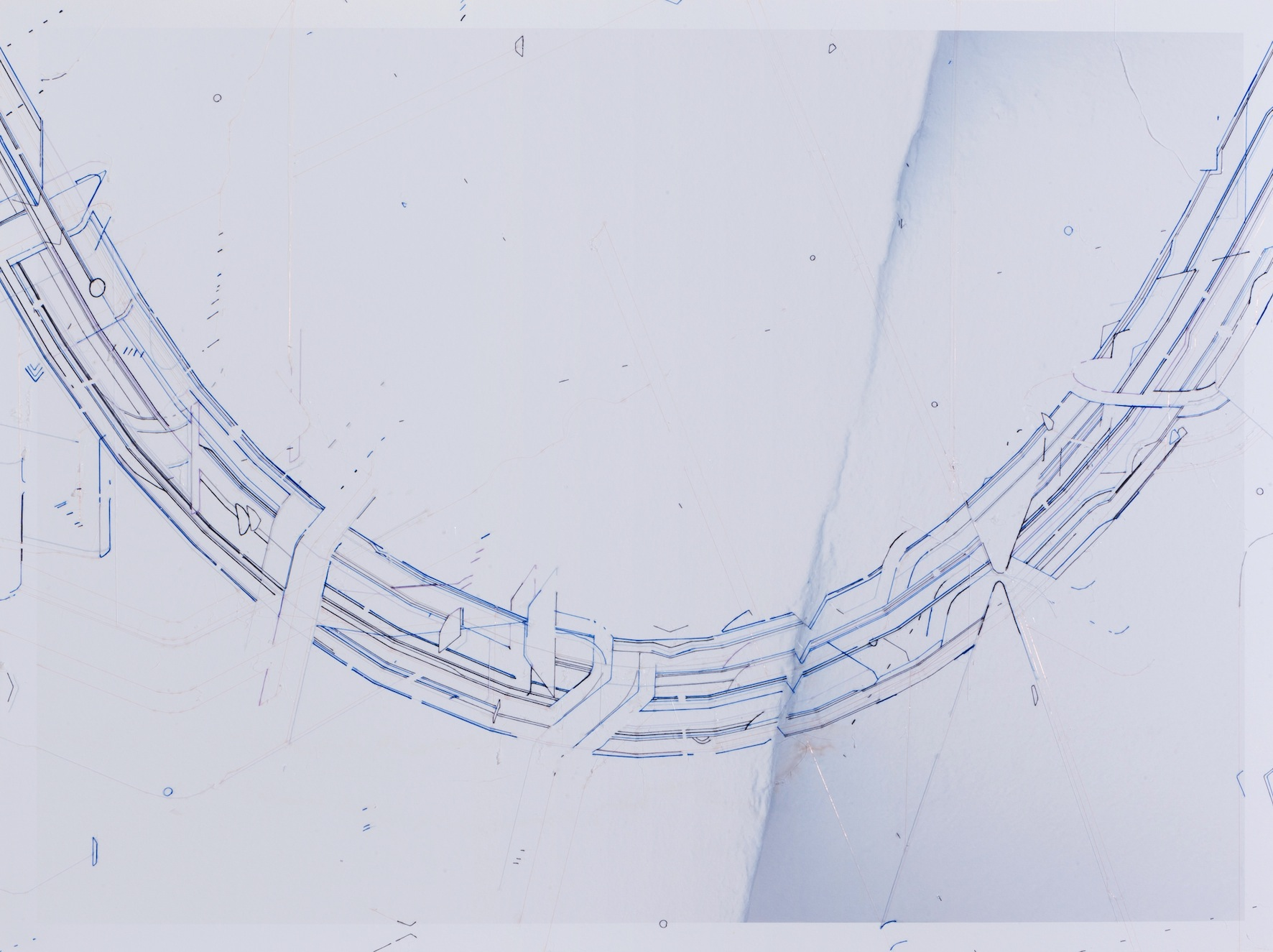 Keita Mori, Template (catenary)_ 2017 – fil de soie, de coton et de cuivre sur photographie – 60 x 80 cm – Galerie Catherine Putman