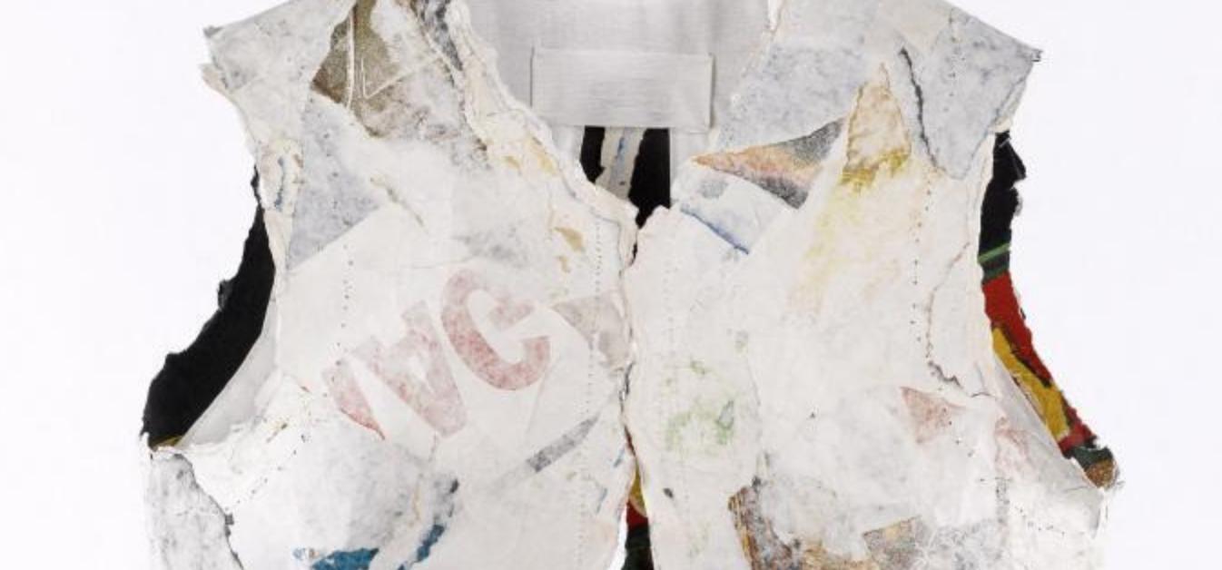 Martin Margiela, gilet, Printemps-Été 1990. Pièce réalisée à partir d'affiches publicitaires lacérées et collées sur coton. Collection du Palais Galliera, musée de la Mode de la Ville de Paris. © Françoise Cochennec / Galliera / Roger-Viollet
