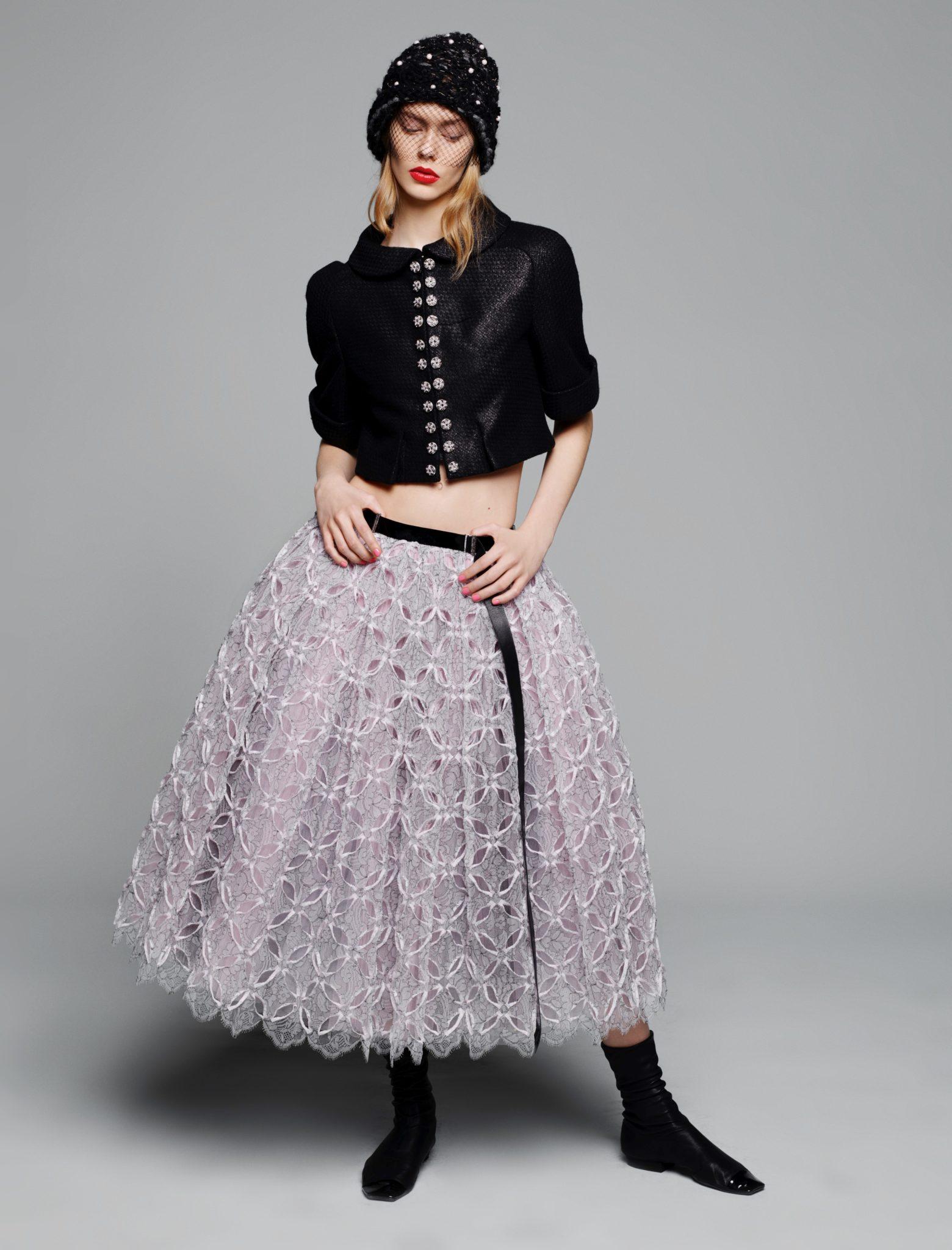 Ensemble avec jupe en dentelle mécanique perforée à la main_Karl Lagerfeld pour CHANEL, Collection Haute Couture Printemps-Été 2015 © CHANEL – Photo Karl Lagerfeld