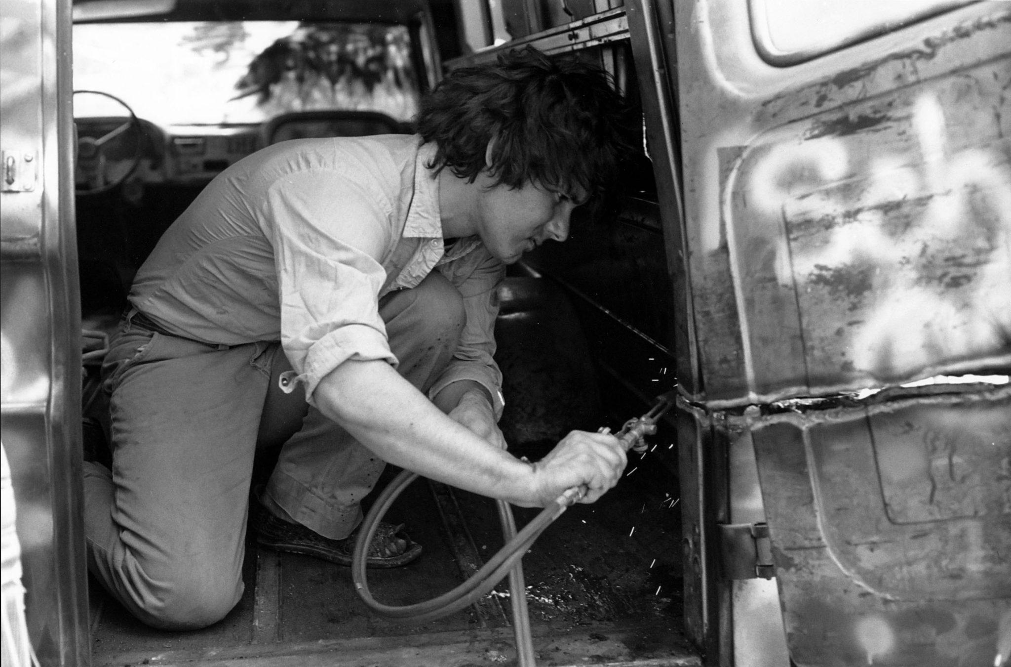 Gordon Matta-Clark découpant au chalumeau son Graffiti Truck, vers 1973 Photographe inconnu Courtesy The Estate of Gordon Matta-Clark et David Zwirner, New York / Londres / Hong Kong. © 2018 The Estate of Gordon Matta-Clark / ADAGP, Paris