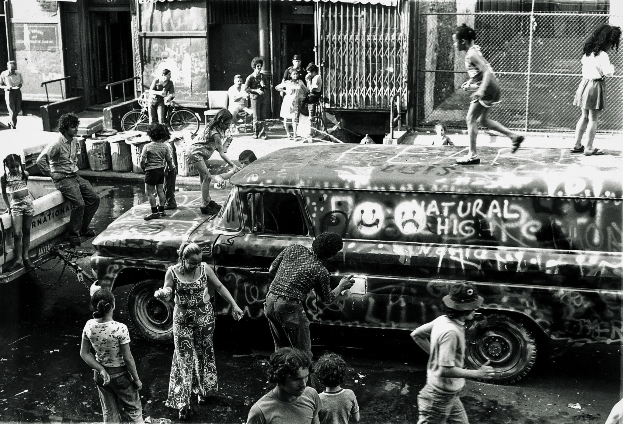 Habitants du Bronx peignant le Graffiti Truck de Gordon Matta-Clark, juin 1973 Photo d'archive Courtesy The Estate of Gordon Matta-Clark et David Zwirner, New York / Londres / Hong Kong. © 2018 The Estate of Gordon Matta-Clark / ADAGP, Paris