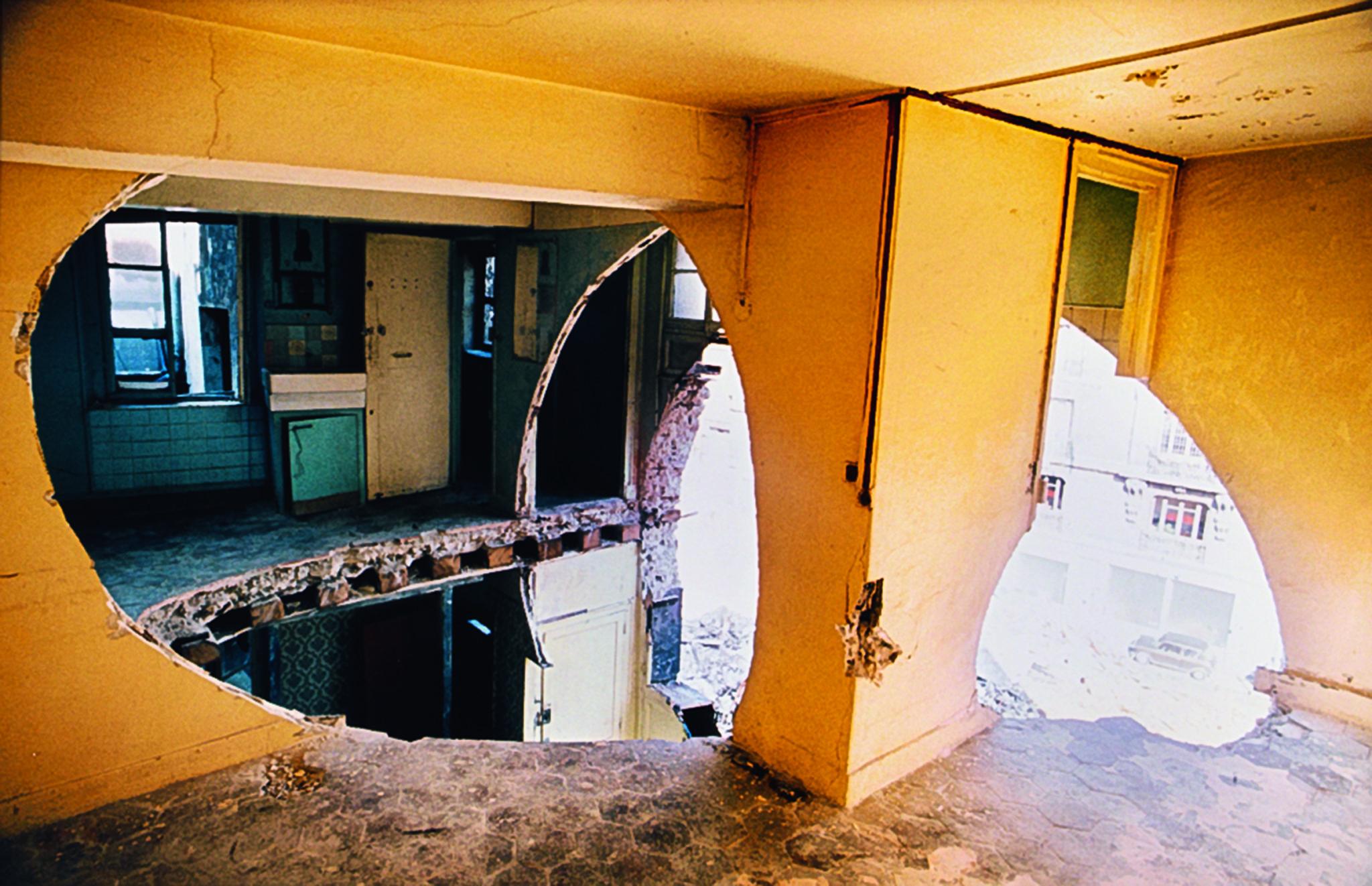 Gordon Matta-Clark Conical Intersect, 1975 Courtesy The Estate of Gordon Matta-Clark et David Zwirner, New York / Londres / Hong Kong. © 2018 The Estate of Gordon Matta-Clark / ADAGP, Paris