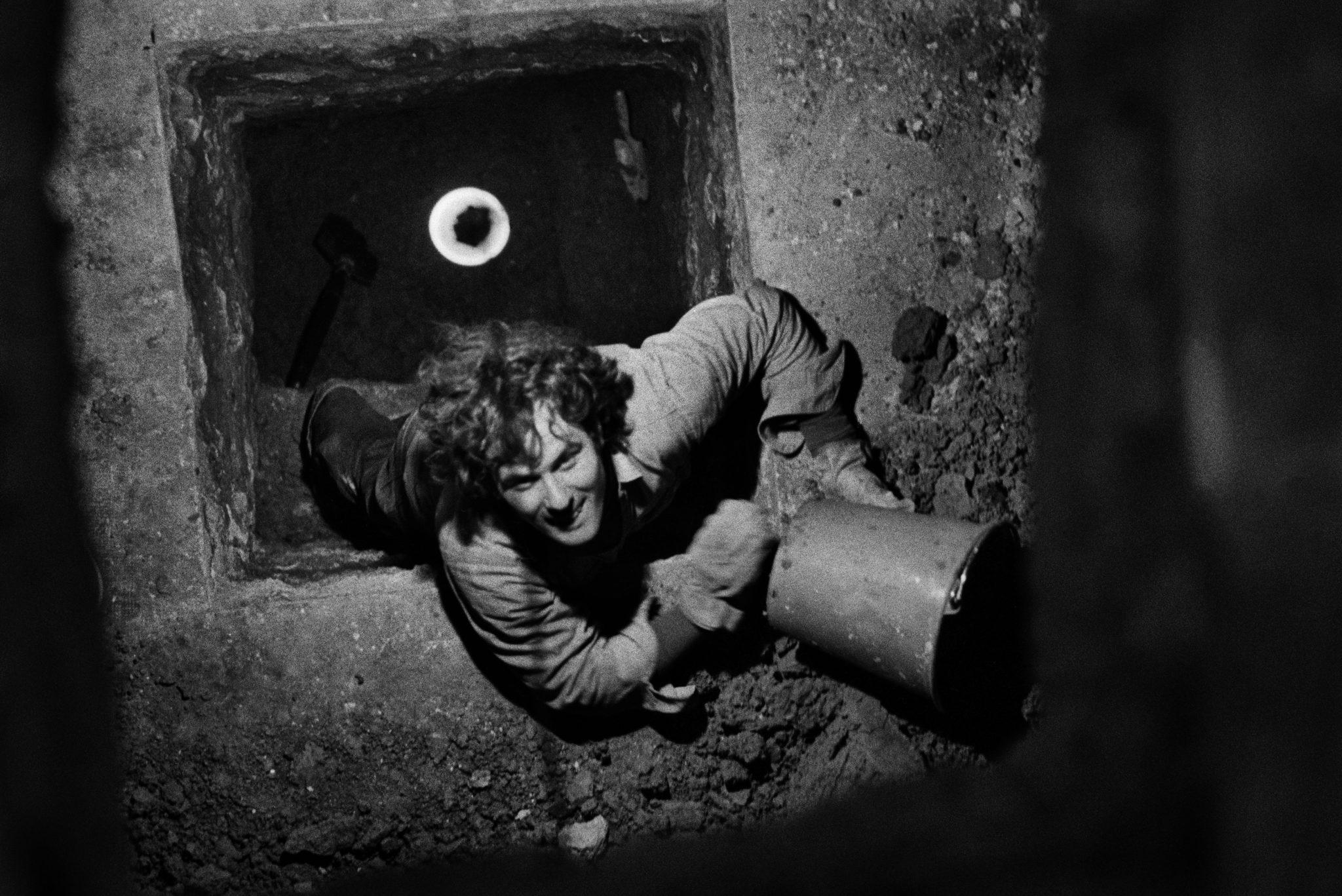Harry Gruyaert Gordon Matta-Clark travaillant à Descending Steps for Batan, Galerie Yvon Lambert, Paris, 1977 © Harry Gruyaert / Magnum Photos