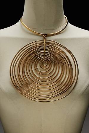 MADAME GRES BY ROBERT GOOSSENS A gilt-metal necklace with an impressive circular pendant of concentric circles  Circa 1969-1971  Est. 1.000 – 1.500 €  Credit : Sotheby's / Art Digital Studio
