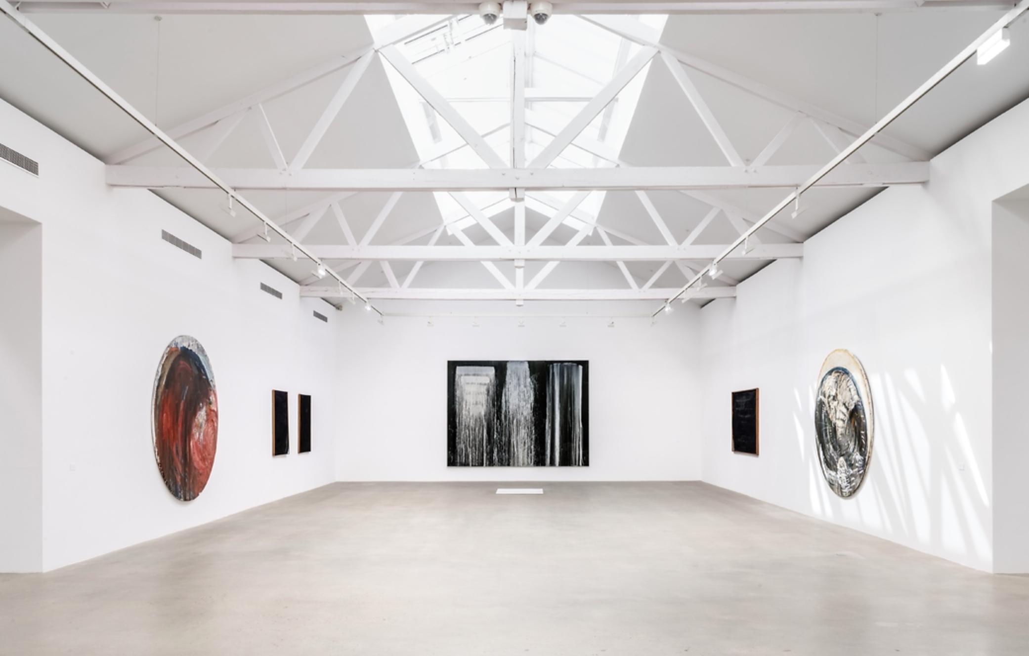 Vue de l'exposition It come in waves, Galerie Ropac Pantin