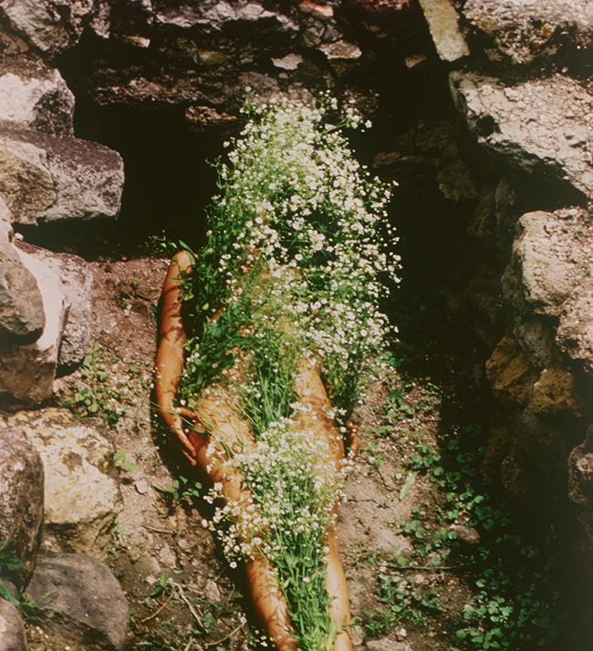 Imágen de Yágul 1973/2018 Ana Mendieta Photographie. © The Estate of Ana Mendieta Collection, LLC. Courtesy Galerie Lelong & Co.