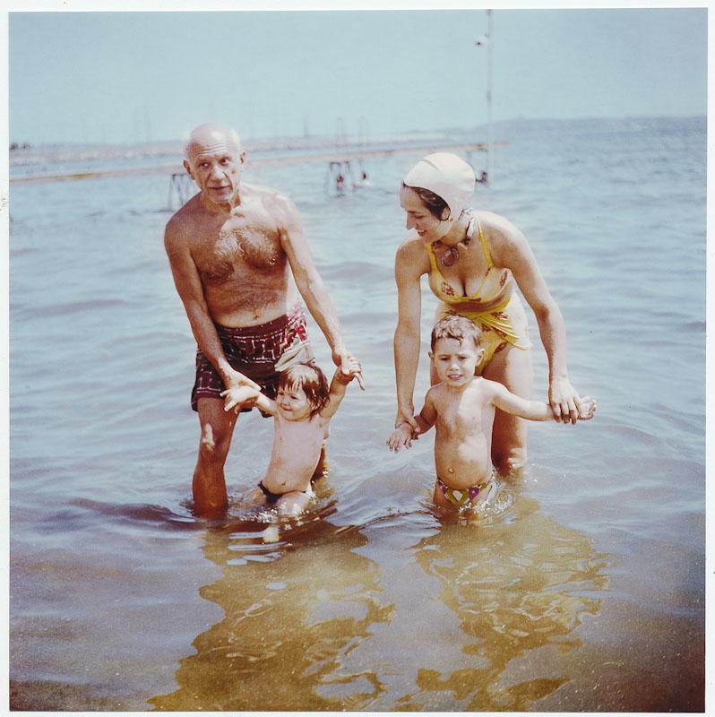 Pablo Picasso et sa femme avec ses enfants Vallauris