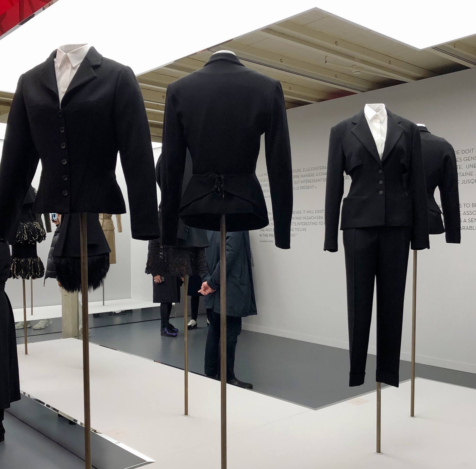 Photographie Christine BARBE. Fondation Azzedine Alaïa, vue de l'exposition ADRIAN et ALAÏA. L'art du tailleur.