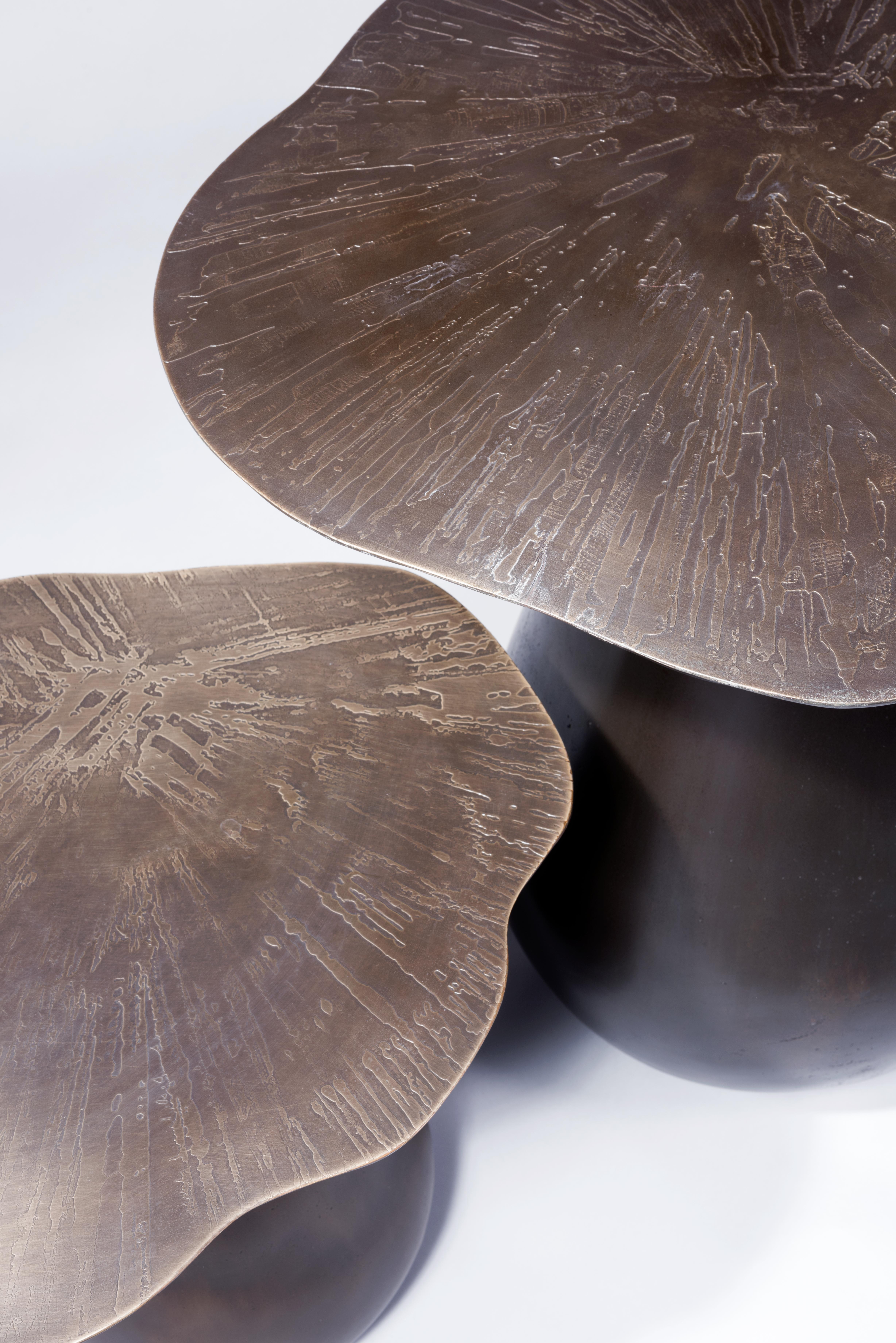 Tables d'appoint Mushrooms, série Organika, Emma Donnersberg Bronze gravé Existe en deux dimensions ainsi qu'en résine peinte à la main Petit modèle : D 40 cm, H 52 cm Grand modèle : D 56, H 62 cm Courtesy Galerie Gosserez