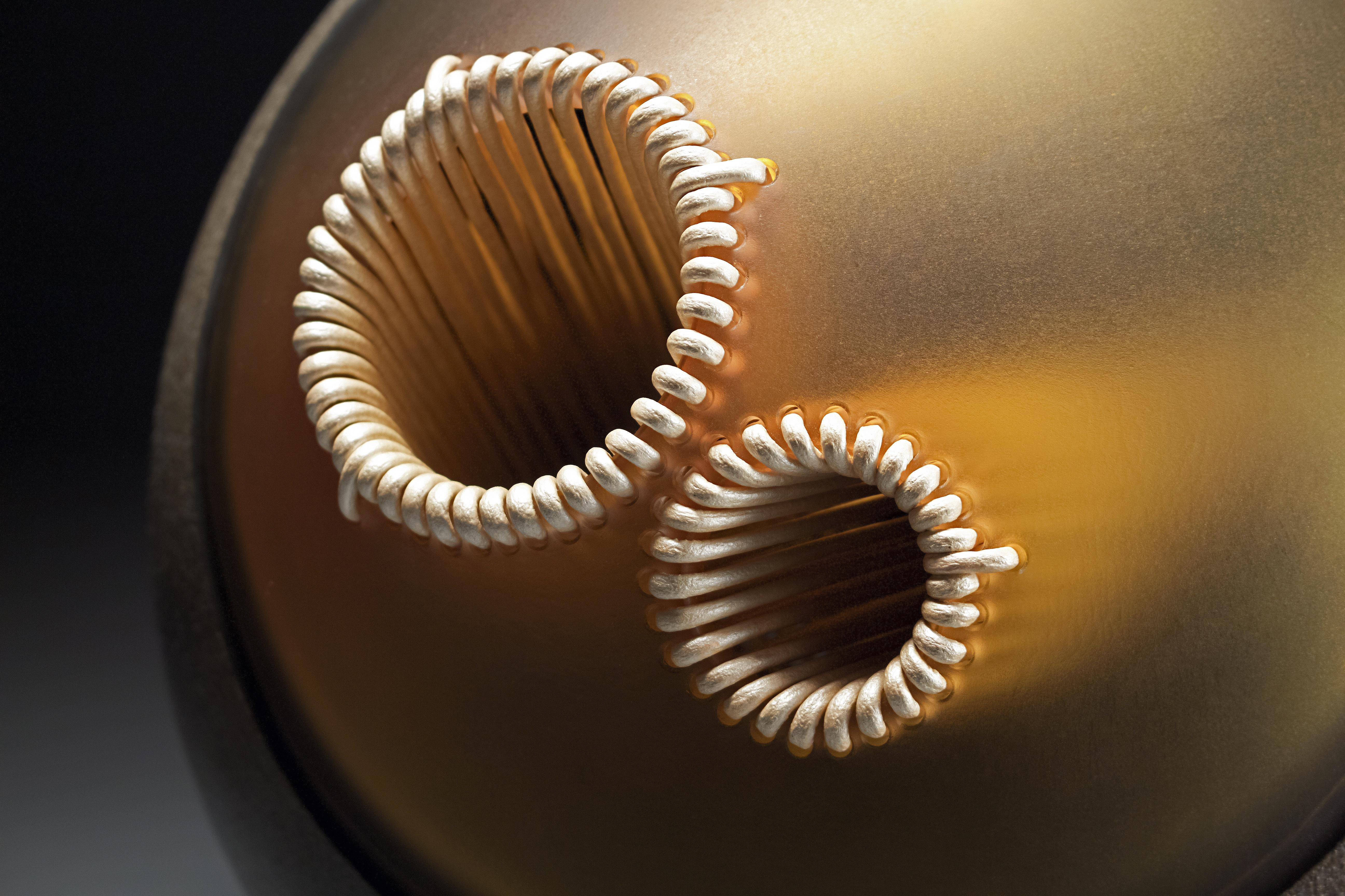 Trajectoire, Gérald Vatrin Verre soufflé jaune et émail gris-noir gravé, tressage en cuir ivoire et rouge 27 x 24 x 29 cm © Gérald Vatrin Courtesy Maison Parisienne