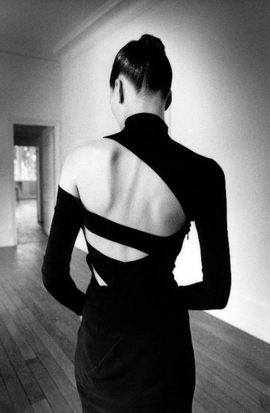 Jeanloup Sieff, Ève de dos, Kim Inslinski, New York [Haut et jupe Martine Sitbon], 1997 © Estate Jeanloup Sieff