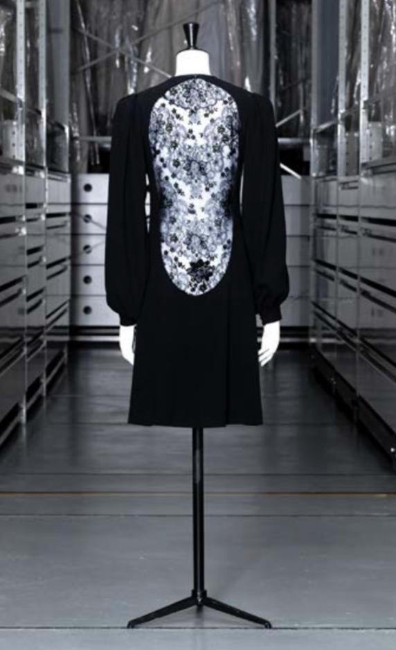 Yves Saint Laurent, Robe du soir courte, Haute couture, automne-hiver 1970-71 © Eric Emo/Palais Galliera/Roger-Viollet