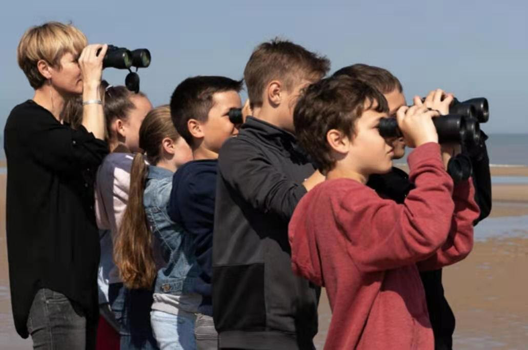 «I will always see you» & YZ avec des enfants regardant au loin avec des jumelles