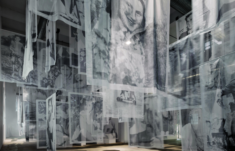 Les Voiles, 2013 Vue de l'exposition « Christian Boltanski : DOPO », Turin, Fondazione Merz, 2015- 2016 Archives Christian Boltanski Photo © Fondazione Merz, Turin