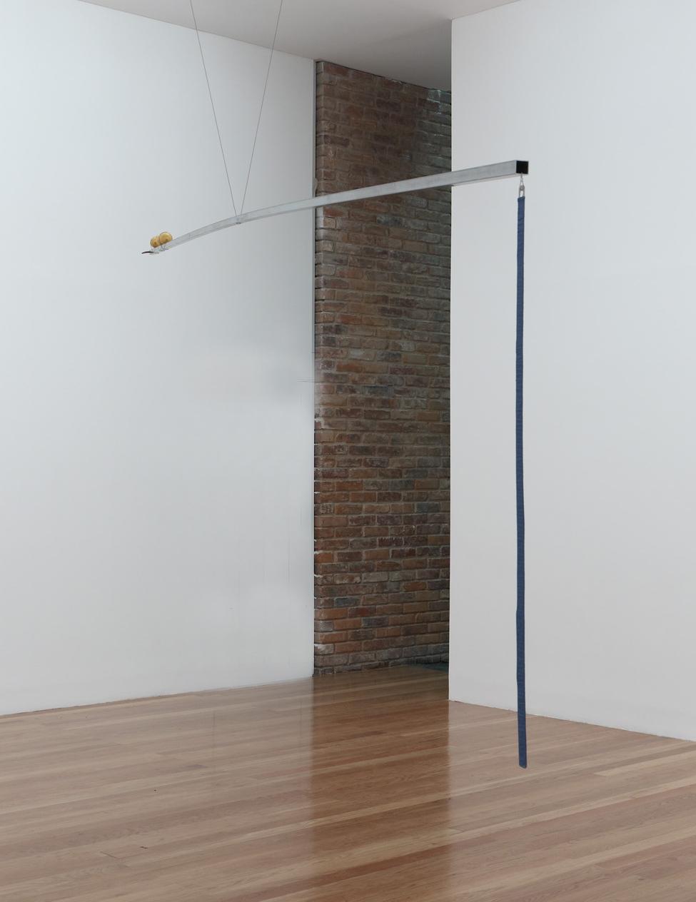 One meter balance, 2012. Barre en fer, tissu, aluminium, bois, citrons. 600 x 2,5 x 2,5 cm Courtesy Galerie Jocelyn Wolff et Katinka Bock. Photo Kristien Daem