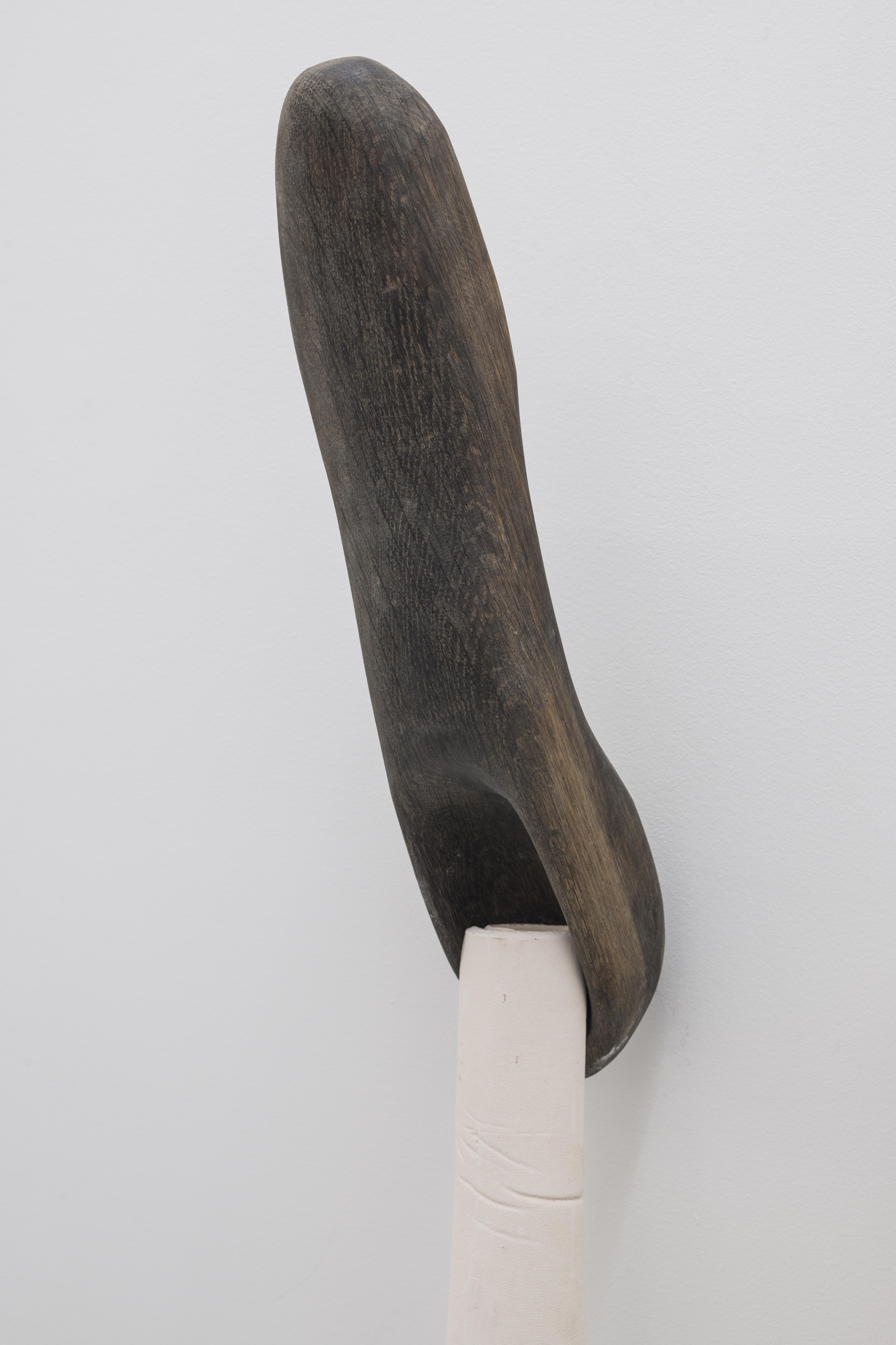 Sculpture du soir (with One of Hundred, Palermo), 2019. Céramique, bois, papier. 140 x 50 x 35 cm Courtesy Galerie Jocelyn Wolff. Photo Françoise Doury