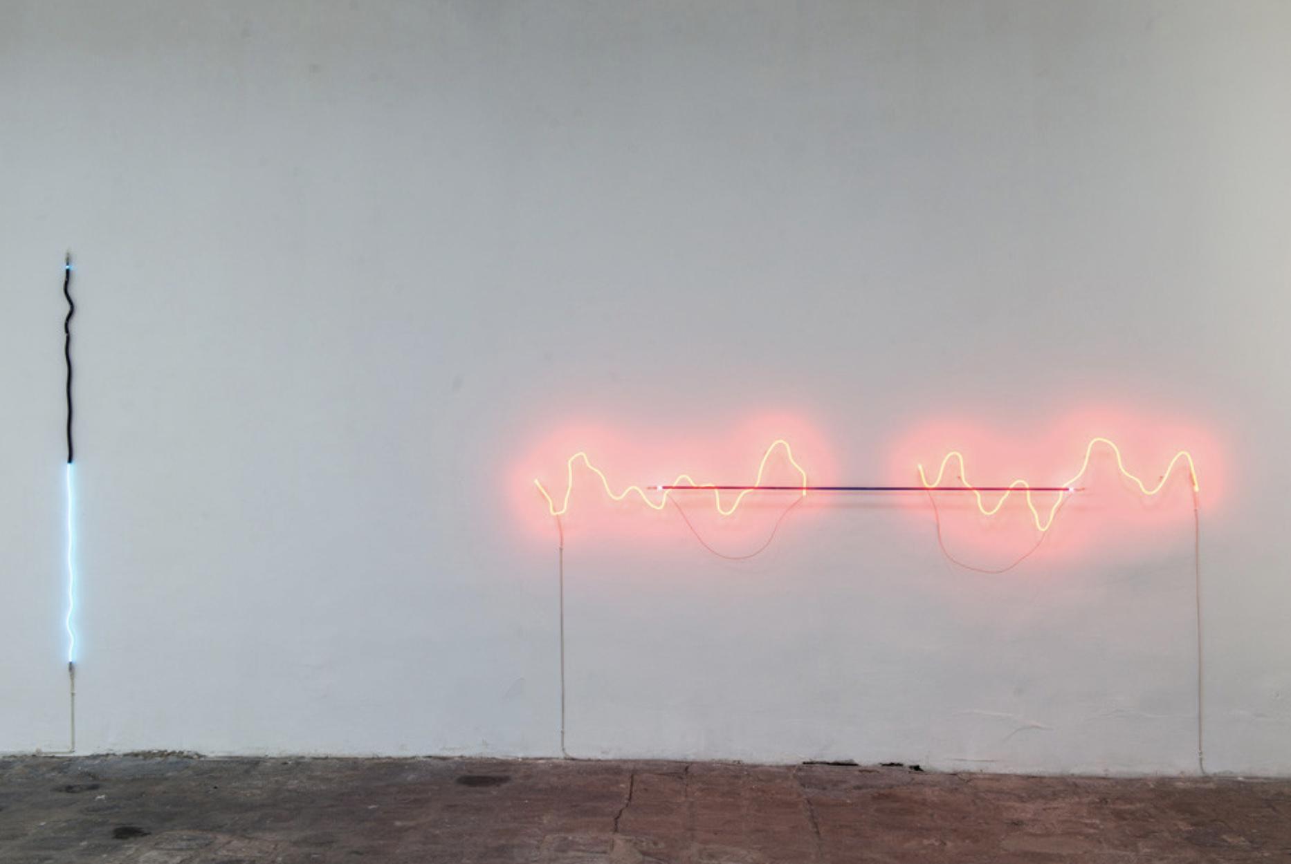 Jan van Munster, à gauche, « Between Plus and Minus », 2012, Argon, verre bleu et noir, transformateur,190 cm.    à droite, « Brainwave (Ratio) », 2008, Néon, verre rouge et noir, transformateur, 280 cm. Courtesy de l'artiste.