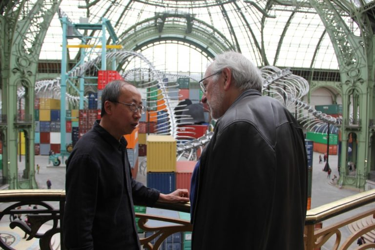 Huang Yong Ping avec Philippe Piguet au Grand Palais Monumenta 2016