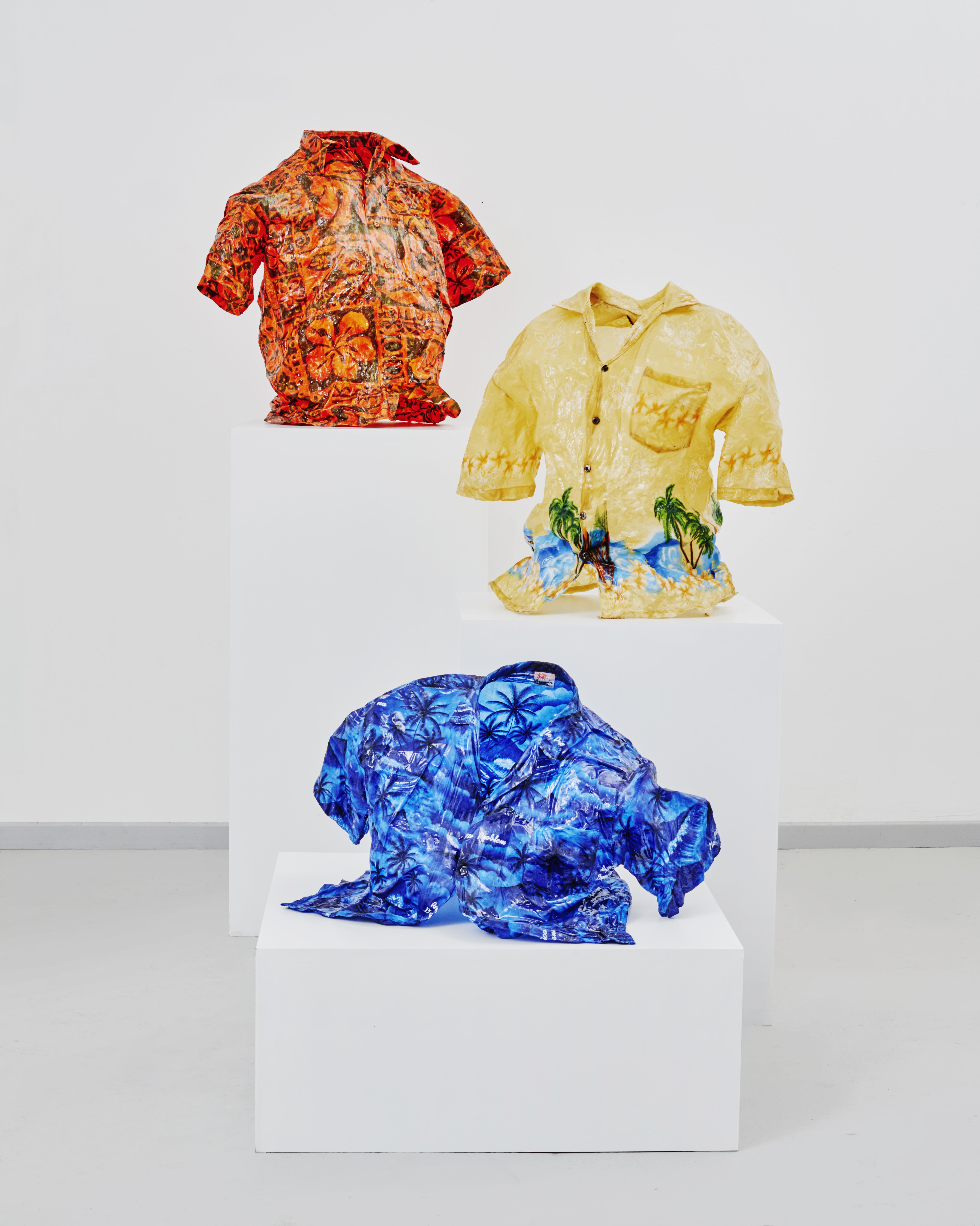 Benoît Jeannet, galerie Eric Mouchet,«Eyewitness of the noiseless flash» Chemise Hawaïennes Résine époxy Pièces uniques
