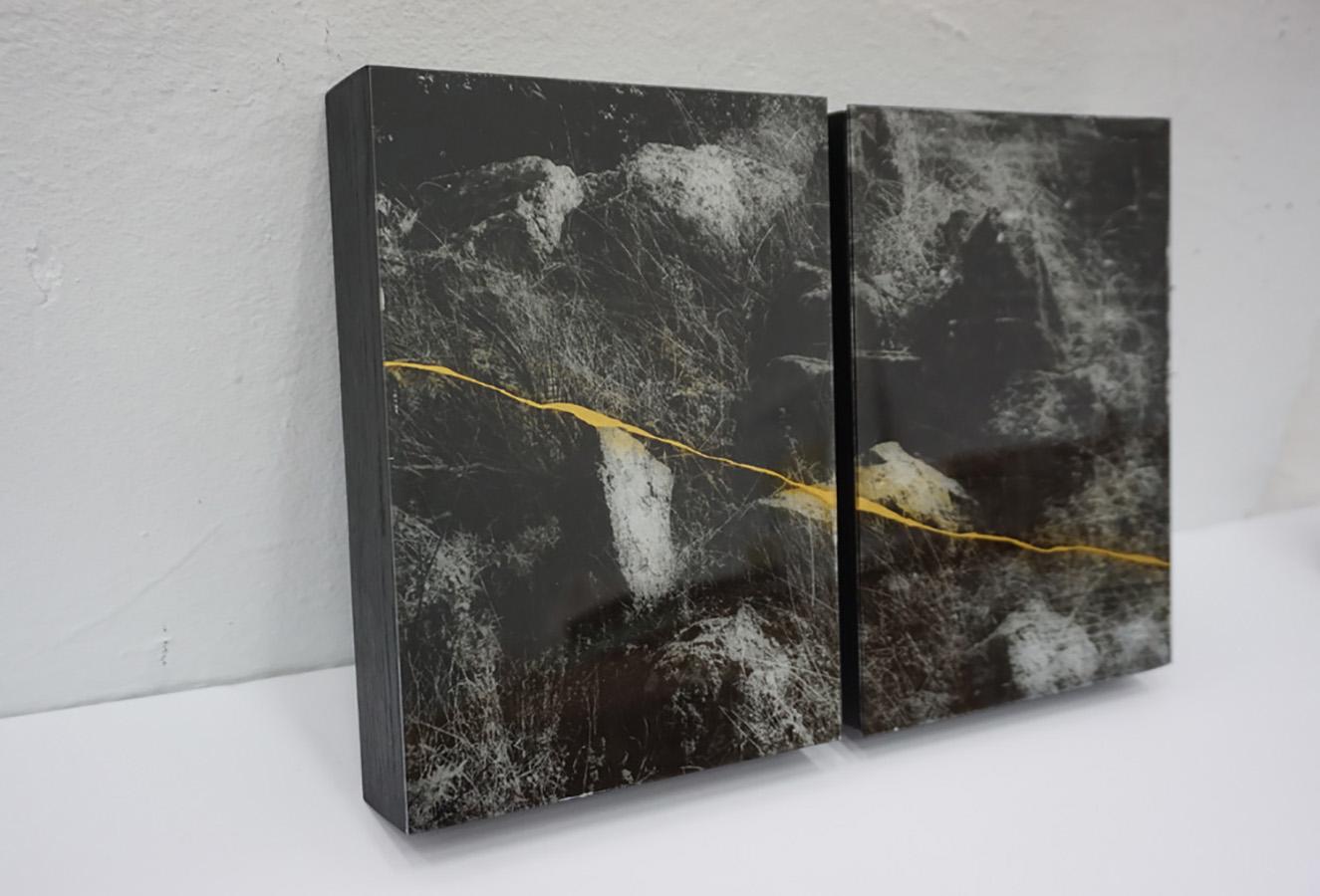 Anaïs Boudot, sans titre (diptyque pierres), série La noche oscura, 2017, courtesy Galerie Binome tirage unique dans une édition de 3 (+2EA) – 30×21 cm tirage argentique sur plaque de verre, peinture dorée, châssis bois projet de résidence Casa de Velazquez 2017