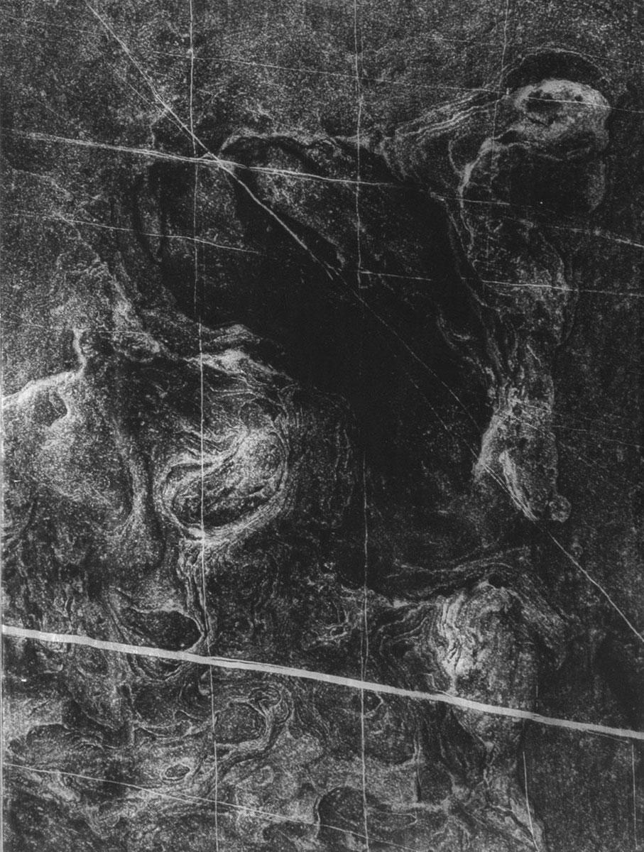 Anaïs Boudot, sans titre #8, série Un rayon dans cette mer sur une lune, 2019, courtesy Galerie Binome pièce unique dans une édition de 3 (+2EA) – 39×29 cm tirages gélatino-argentique sur verre, peinture acrylique argent et gris châssis bois noir
