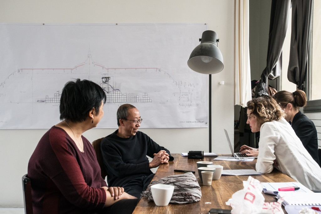 Huang Yong Ping dans son atelier aux côtés de sa femme sa femme, et Anne Kerner. Avec la maquette de l'oeuvre Empires pour Monumenta 2016 au Grand Palais. Photographie Jean-François Gaté.