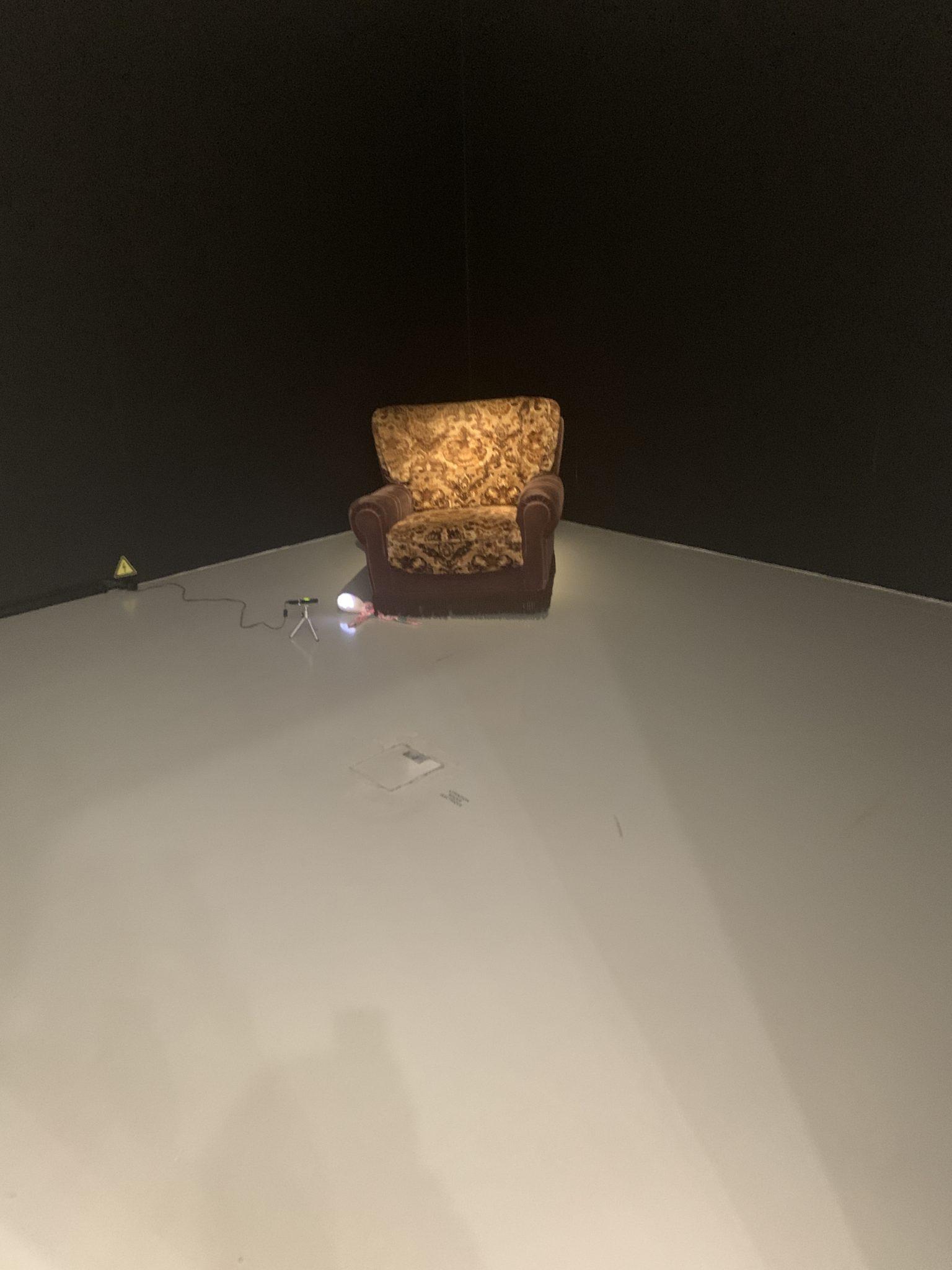 Tony Oursler, «How does it feel», 1995, Installation video : fauteuil, poupée de chiffon, moon-projecteur, video couleur et son. Durée : 5'20». Collection Frac Grand Large – Hauts-de-France, Dunkerque. Courtesy artvisions2020