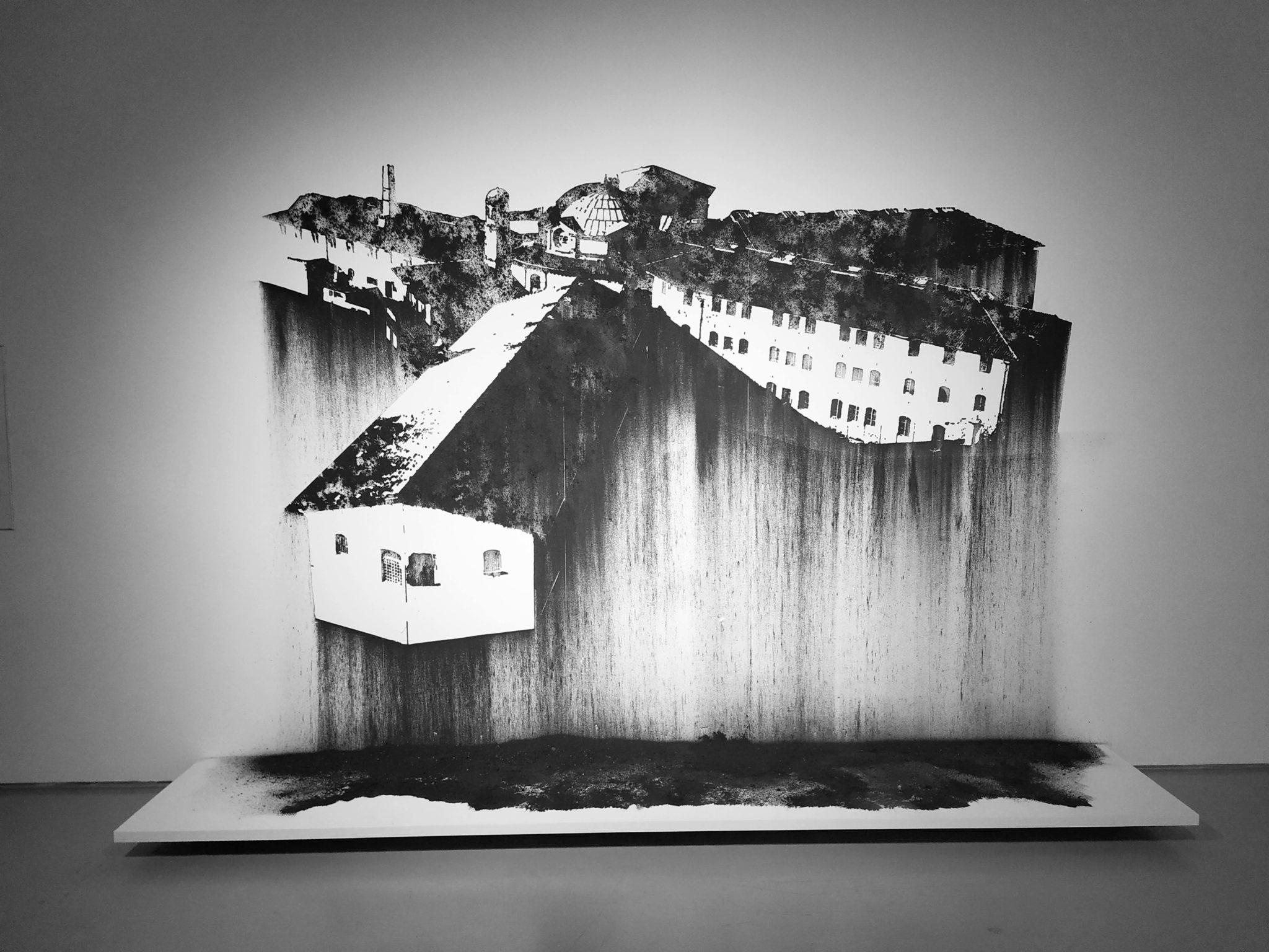 Nicolas Daubanes, Prison Saint-Michel, Toulouse, 2019_Dessin mural à la poudre d'acier aimantée, 200 x 280 cm_Vue de l'exposition Confinement- Politics of Space and Bodies, CAC Cincinnati, 2019