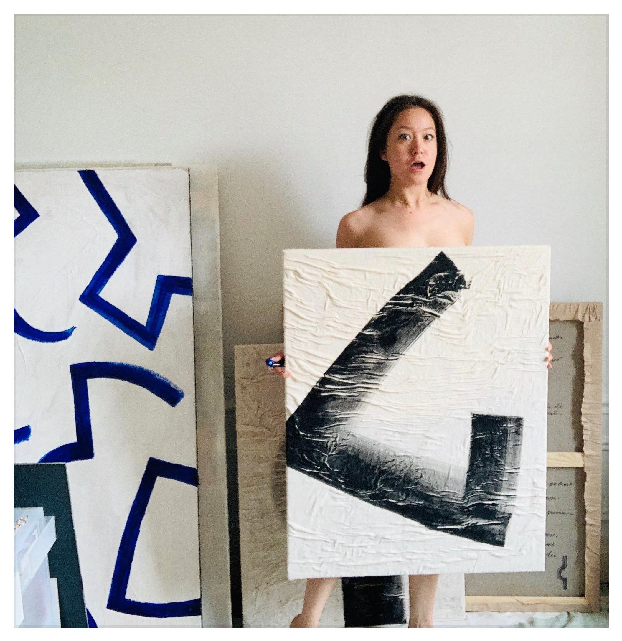 Tiffany Bouelle, portrait avec l'oeuvre d'Anne, courtesy Tiffany Bouelle.