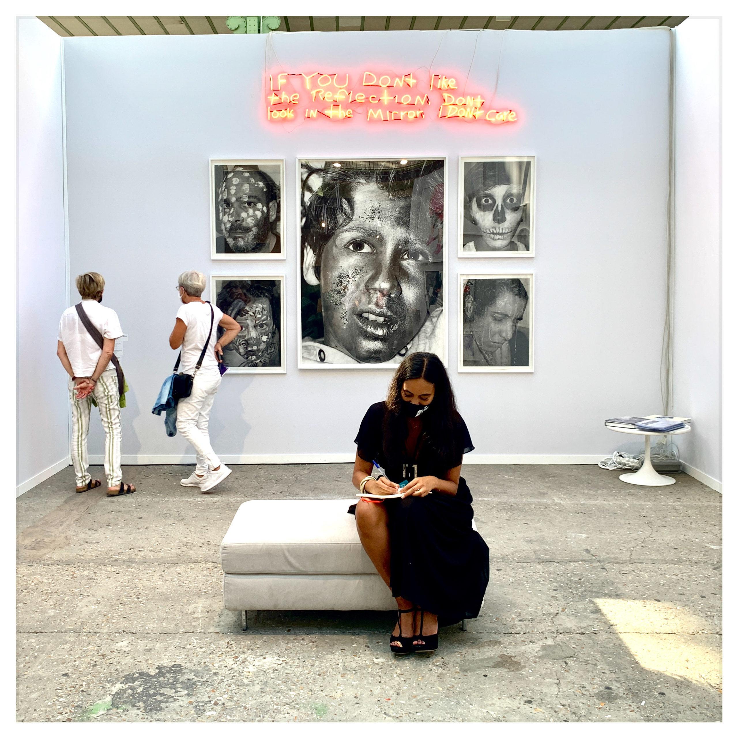 Vue du stand de la galerie Anouk Le Bourdiec, Art Paris 2020.