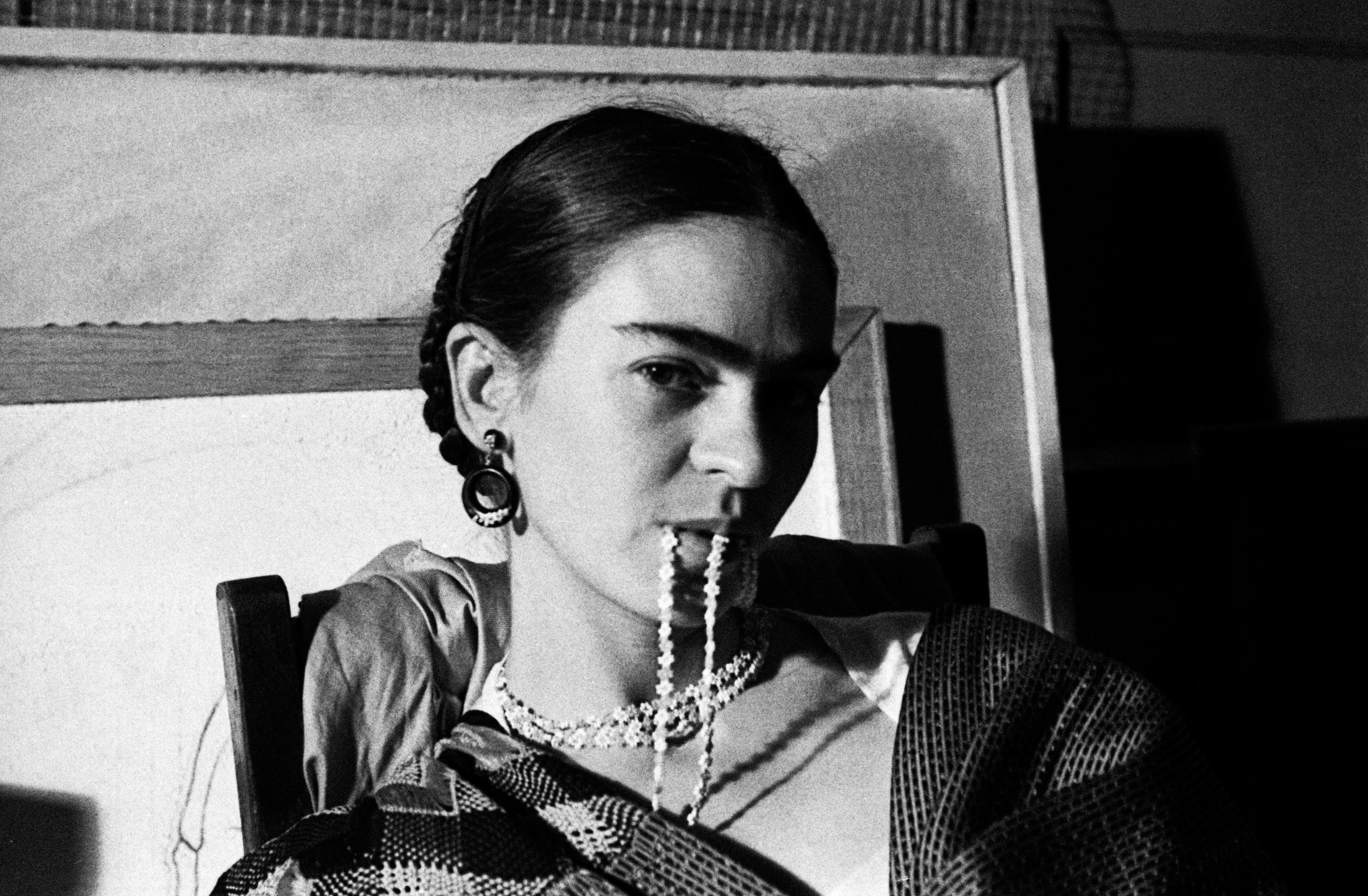 Frida Biting her Necklace, New Workers School, NYC, 1933 (©LUCIENNE BLOCH, COURTESY GALERIE DE L'INSTANT, PARIS)