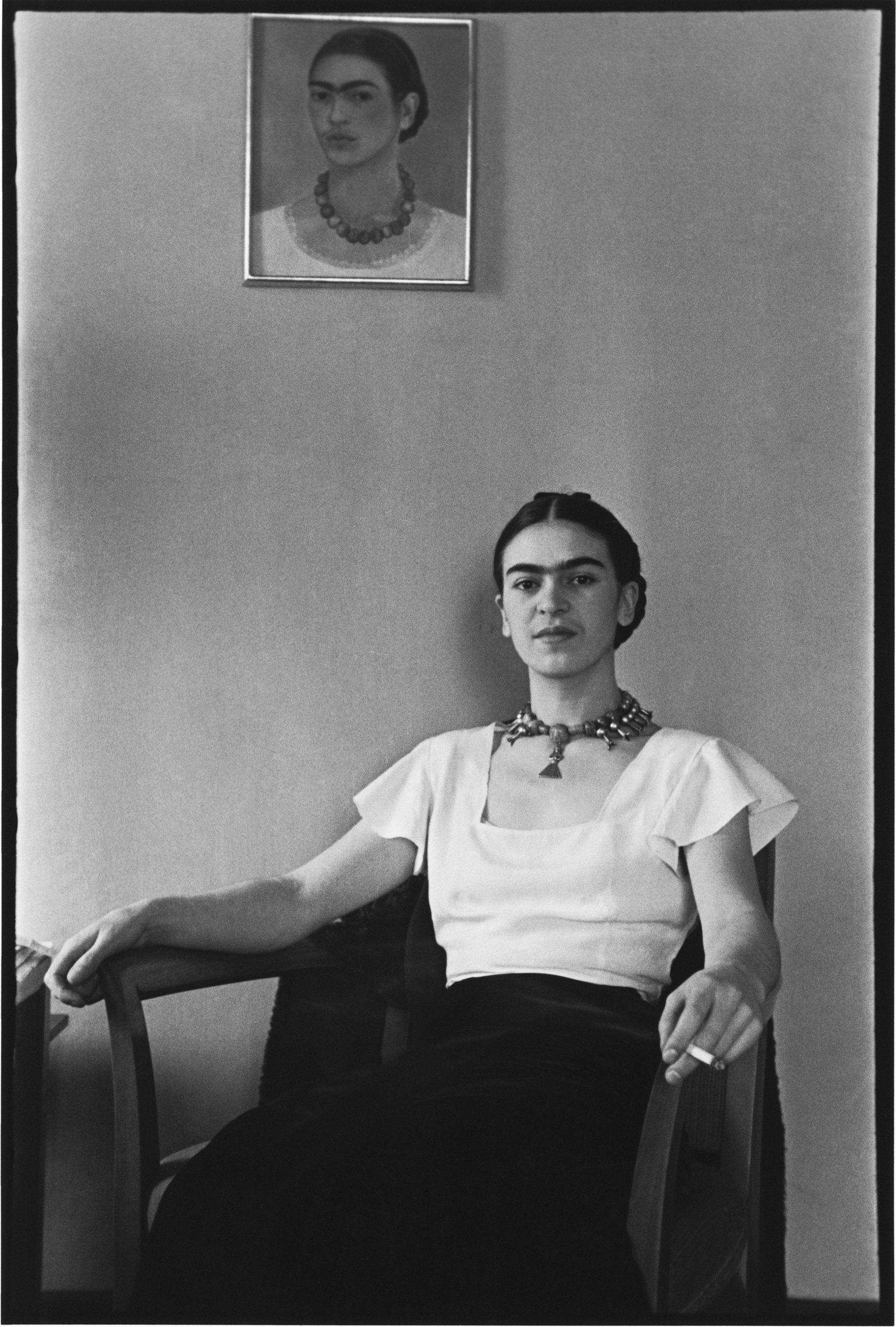 Frida at the Barbizon Plaza Hotel, NYC, 1933 (©LUCIENNE BLOCH, COURTESY GALERIE DE L'INSTANT, PARIS)