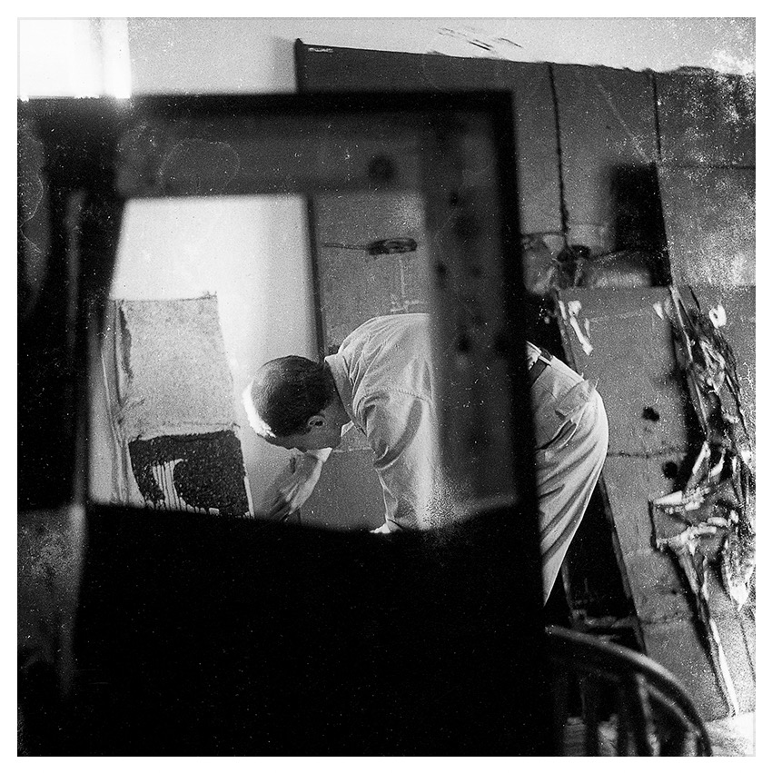 Manolo Millares dans son atelier à Madrid en 1963 – Photo: Fernando Nuño
